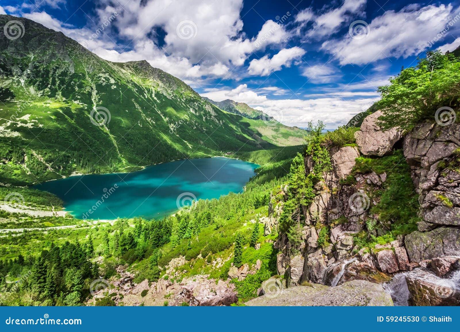Lago maravilloso en las montañas en el amanecer