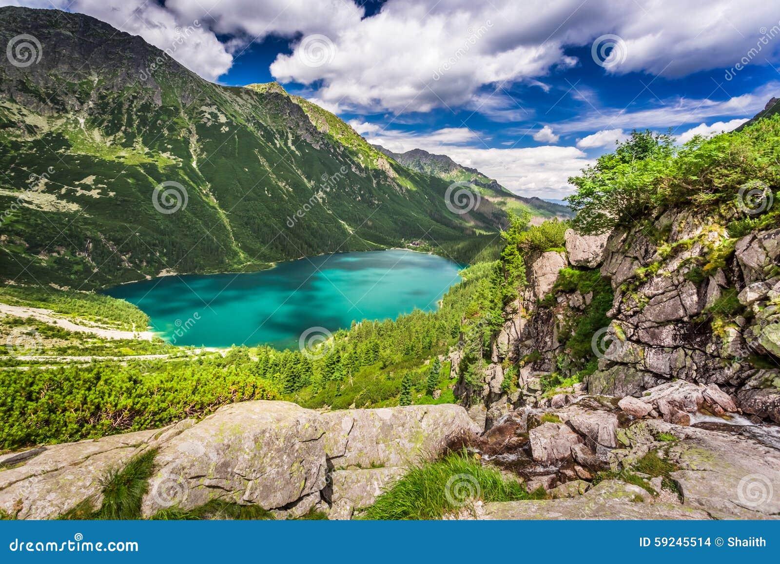 Lago maravilloso en las montañas en la salida del sol