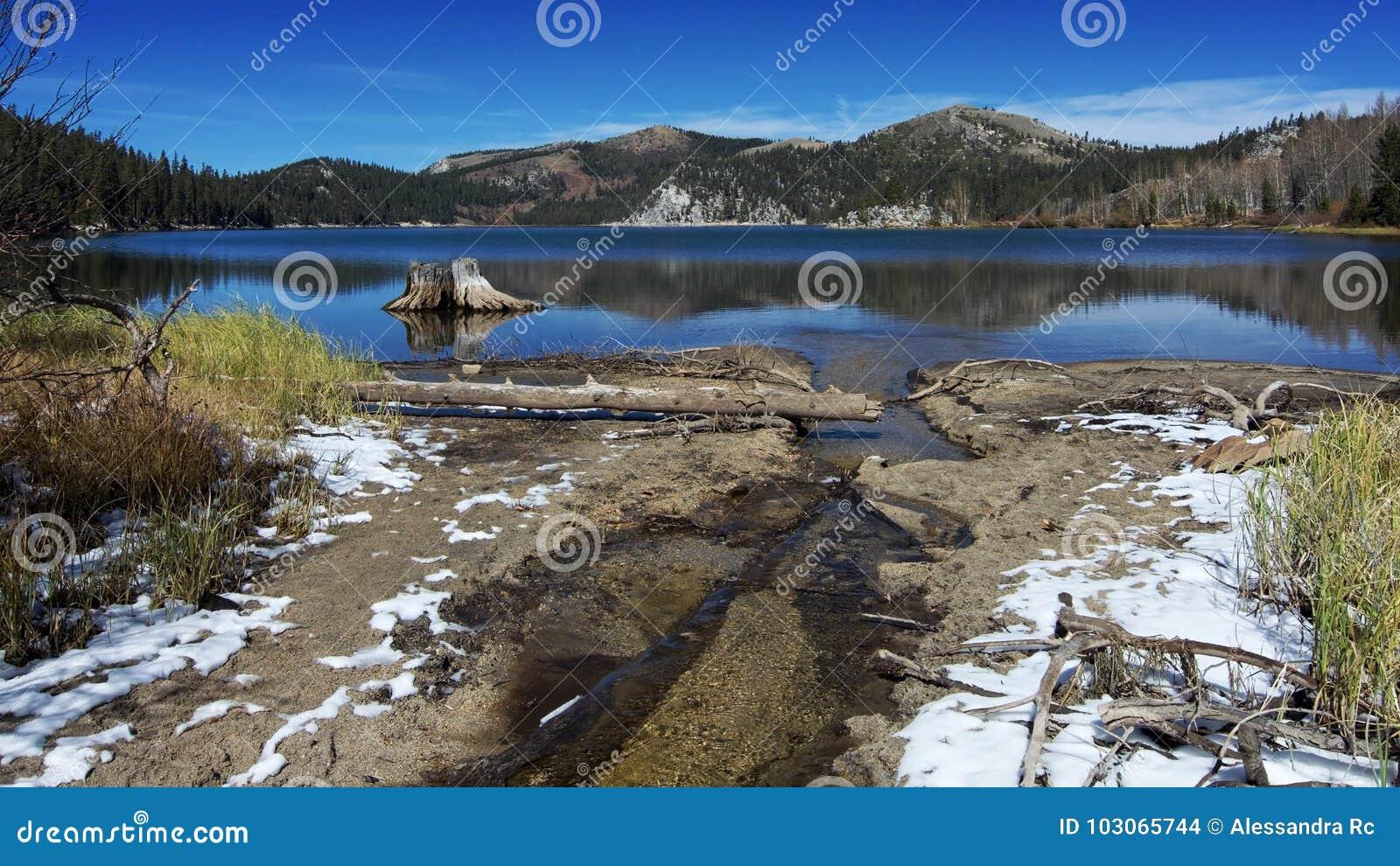Lago Marlette en el otoño después de la primera caída de la nieve