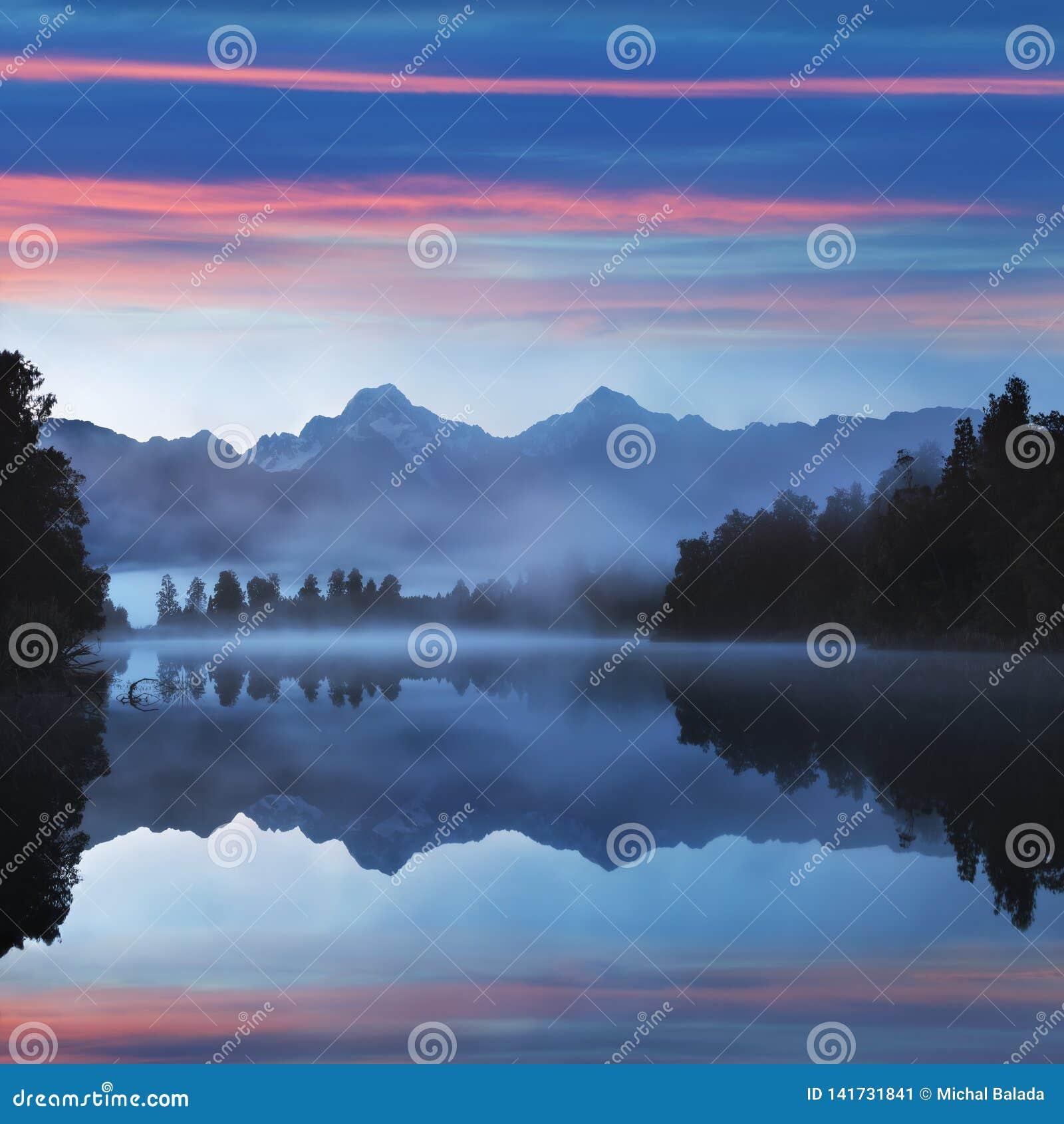 Lago Matheson Aoraki Mount Cook da reflexão de espelho, espelho no parque nacional Nova Zelândia de geleira do Fox, fundo natural