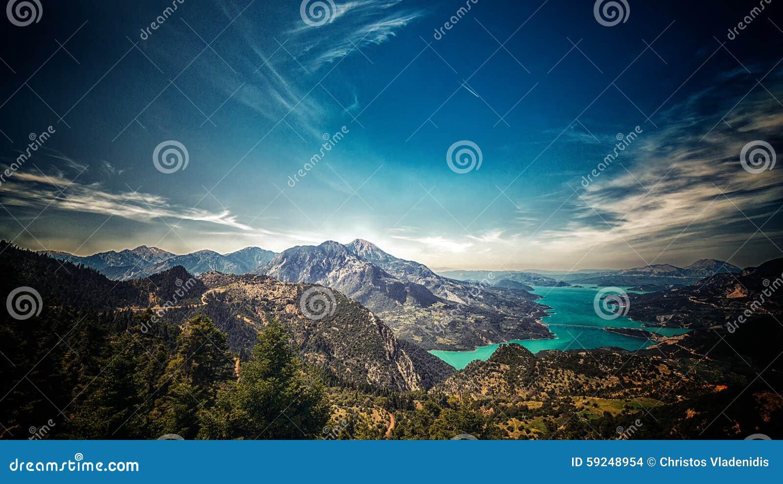 Lago, montañas y cielo