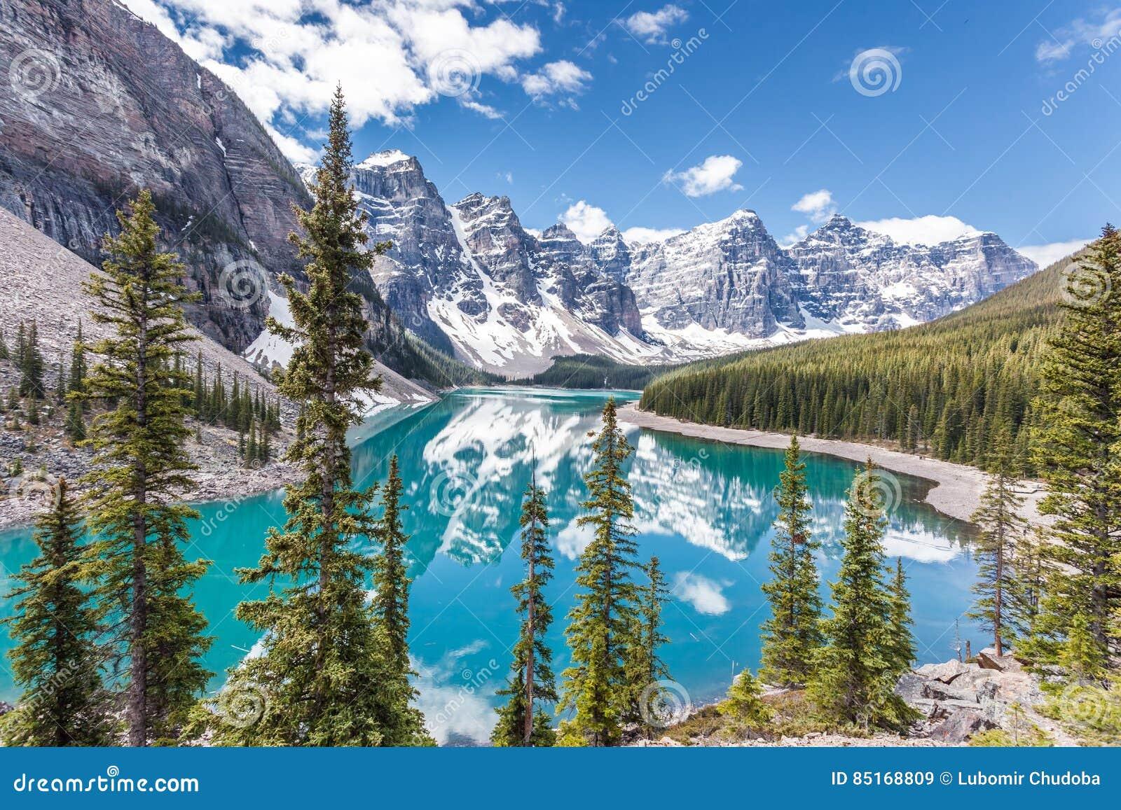 Lago moraine en el parque nacional de Banff, montañas rocosas canadienses, Canadá