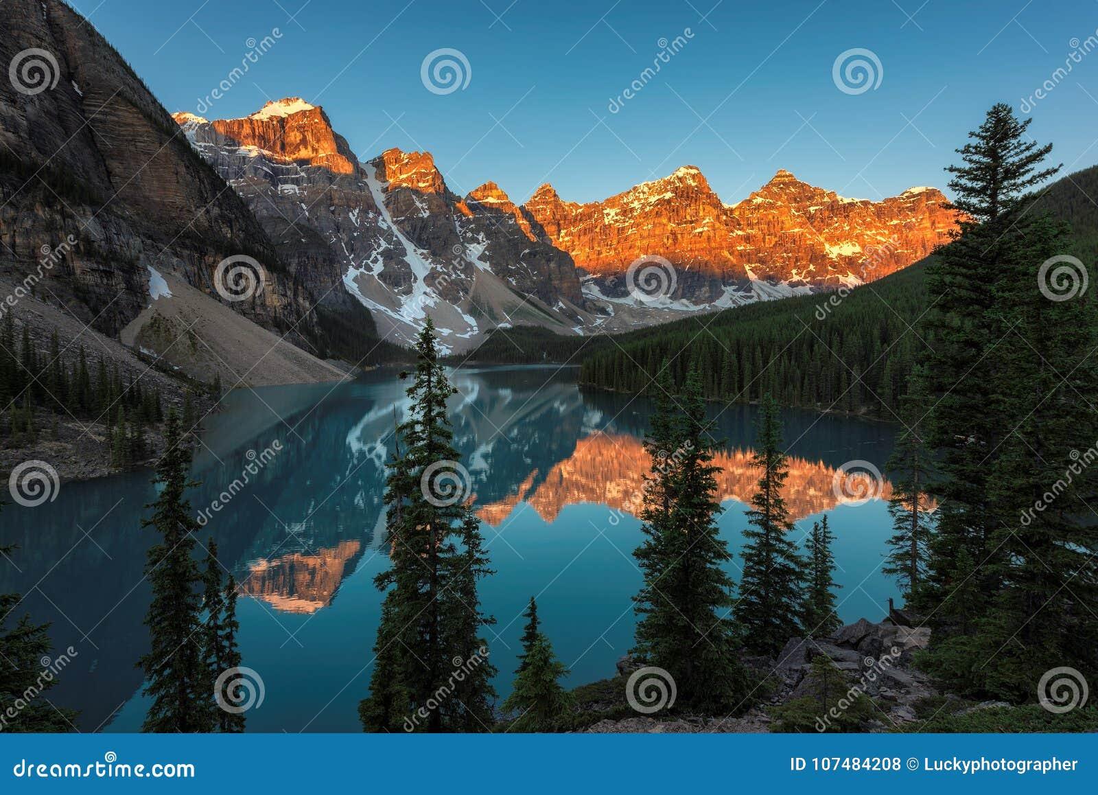 Lago moraine no nascer do sol no canadense Montanhas Rochosas,