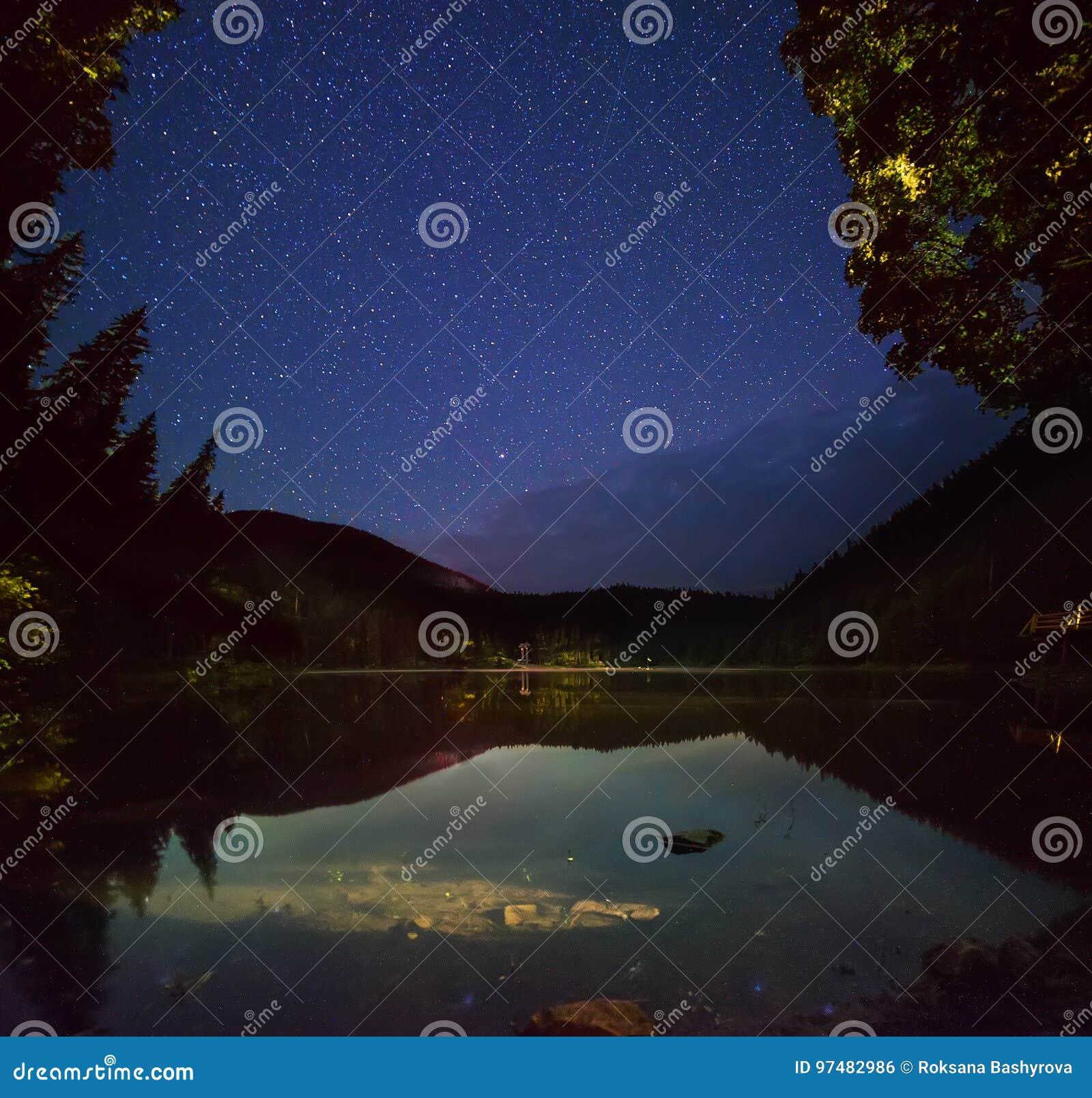 Lago mountain alla notte