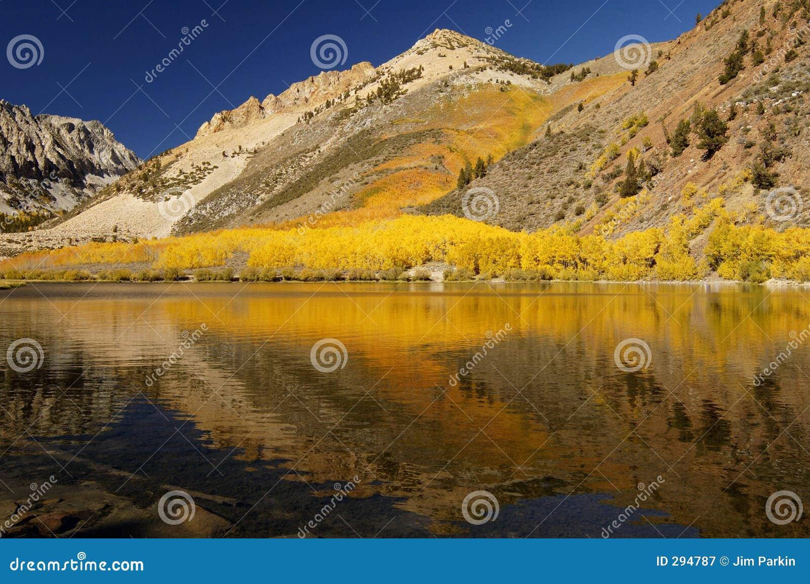 Lago mountain, colores de la caída