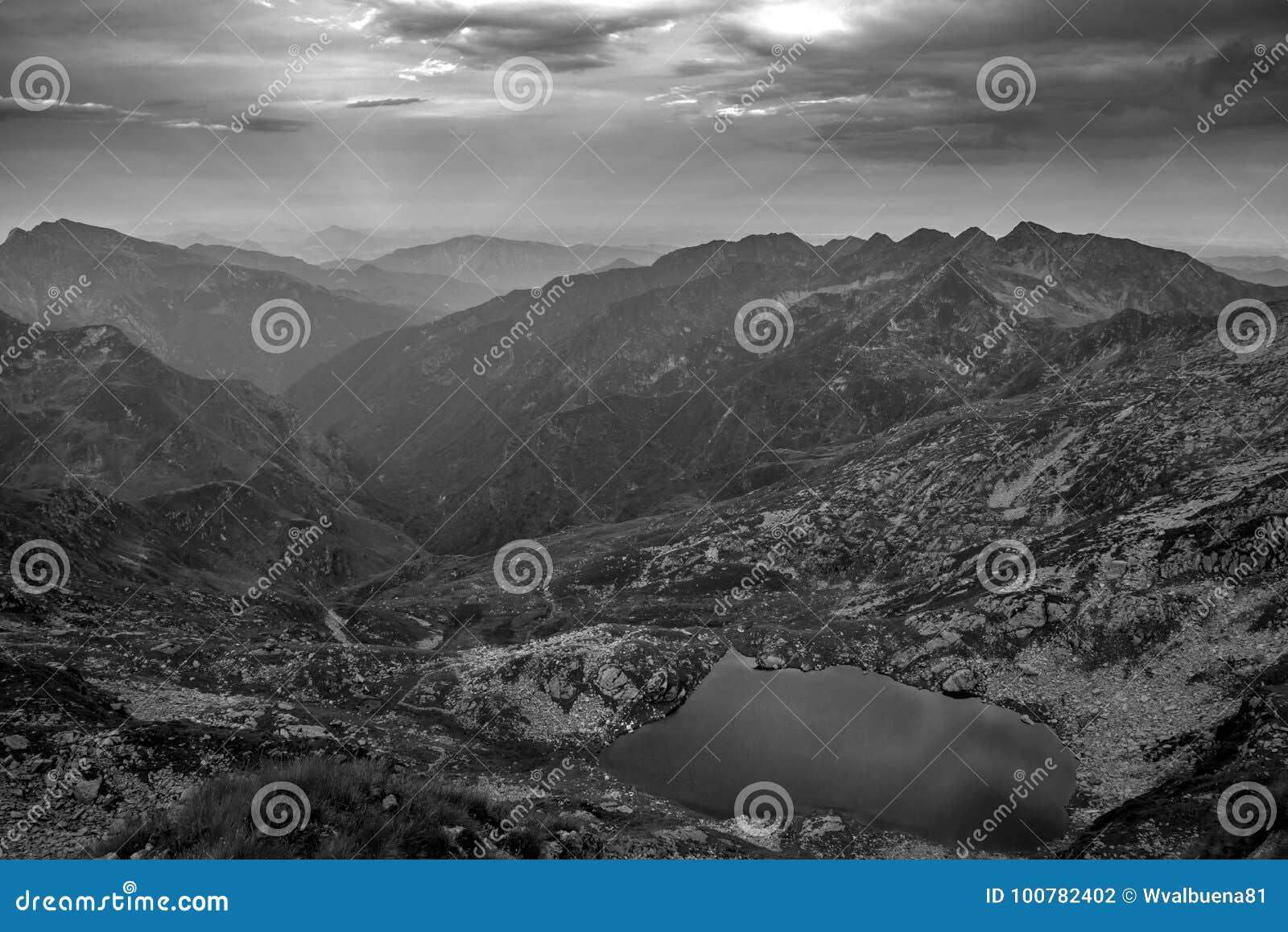 Lago mountain nel monocromio