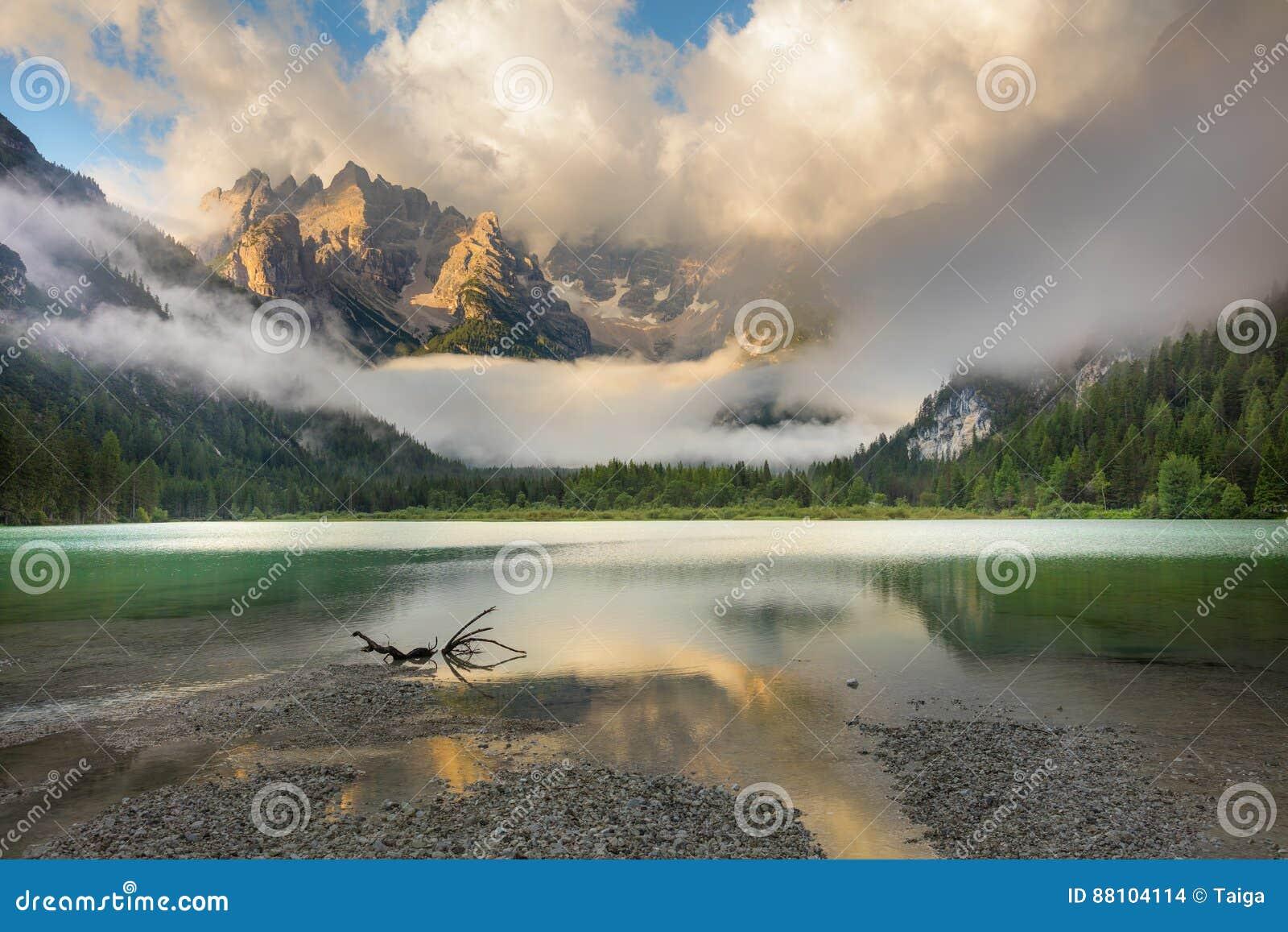 Lago mountains na manhã enevoada Paisagem das montanhas
