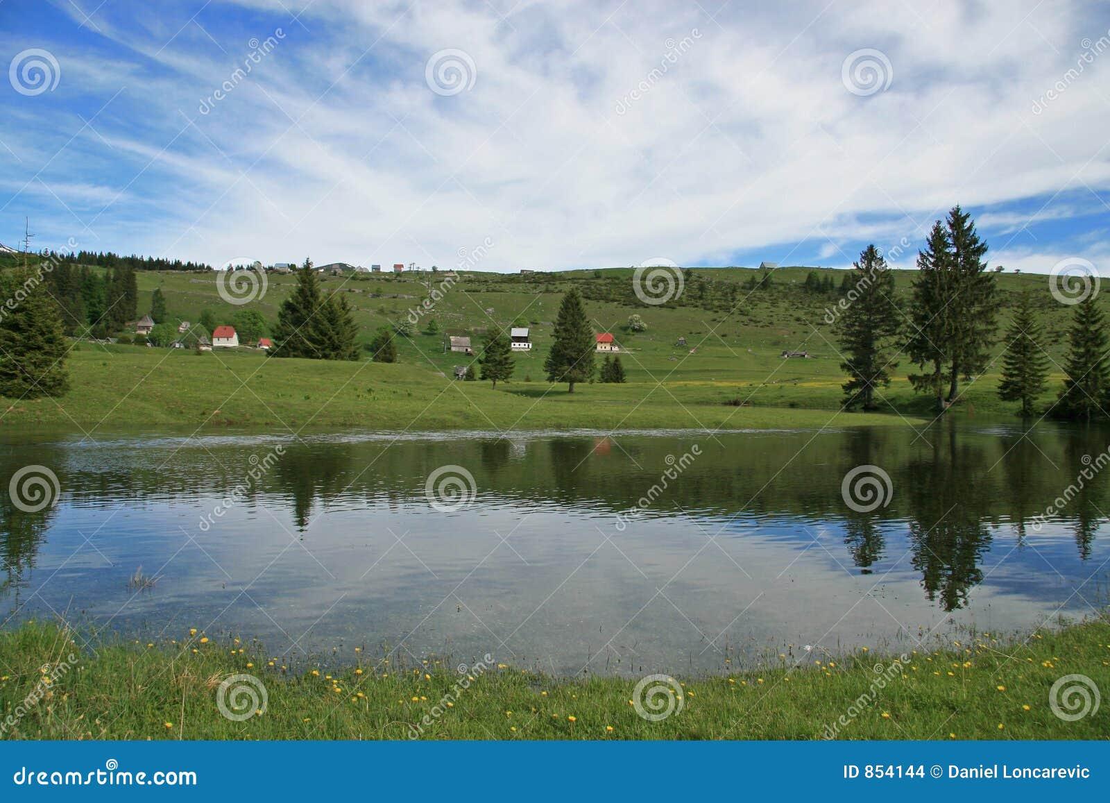 Lago na montanha