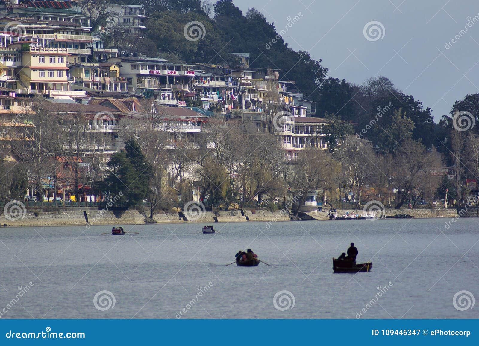 Lago Nainital con los edificios en el fondo, Uttarkhand, la India