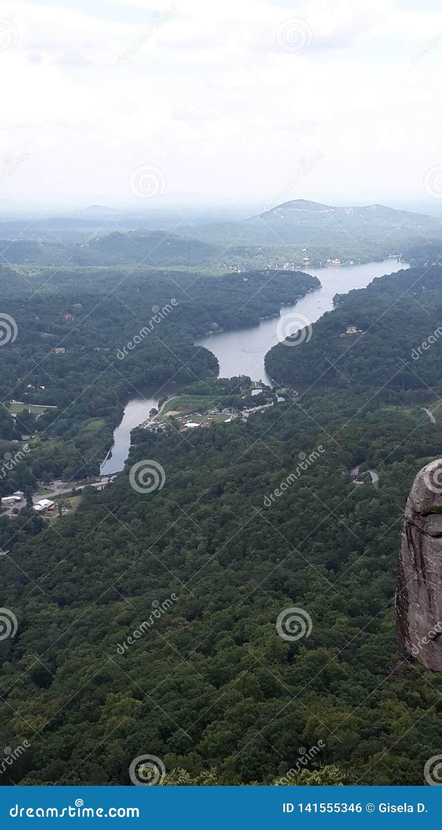 Lago no parque da rocha da chaminé