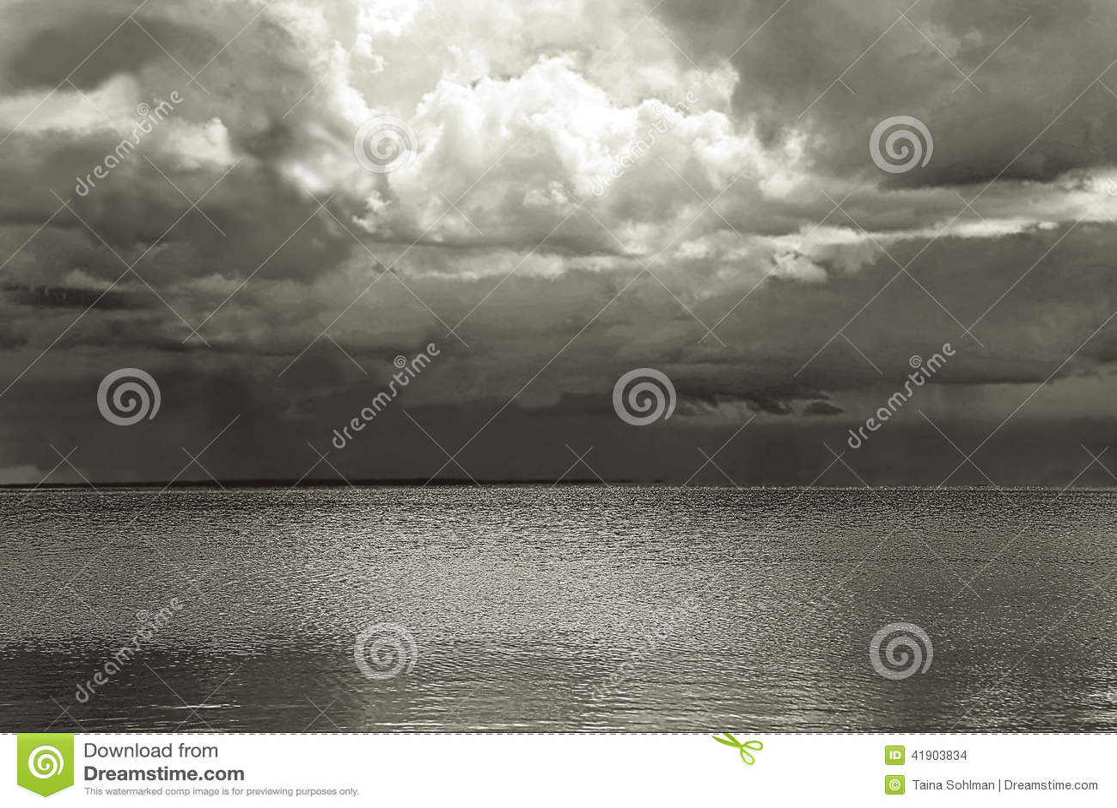 Lago oscuro, dramático HDR