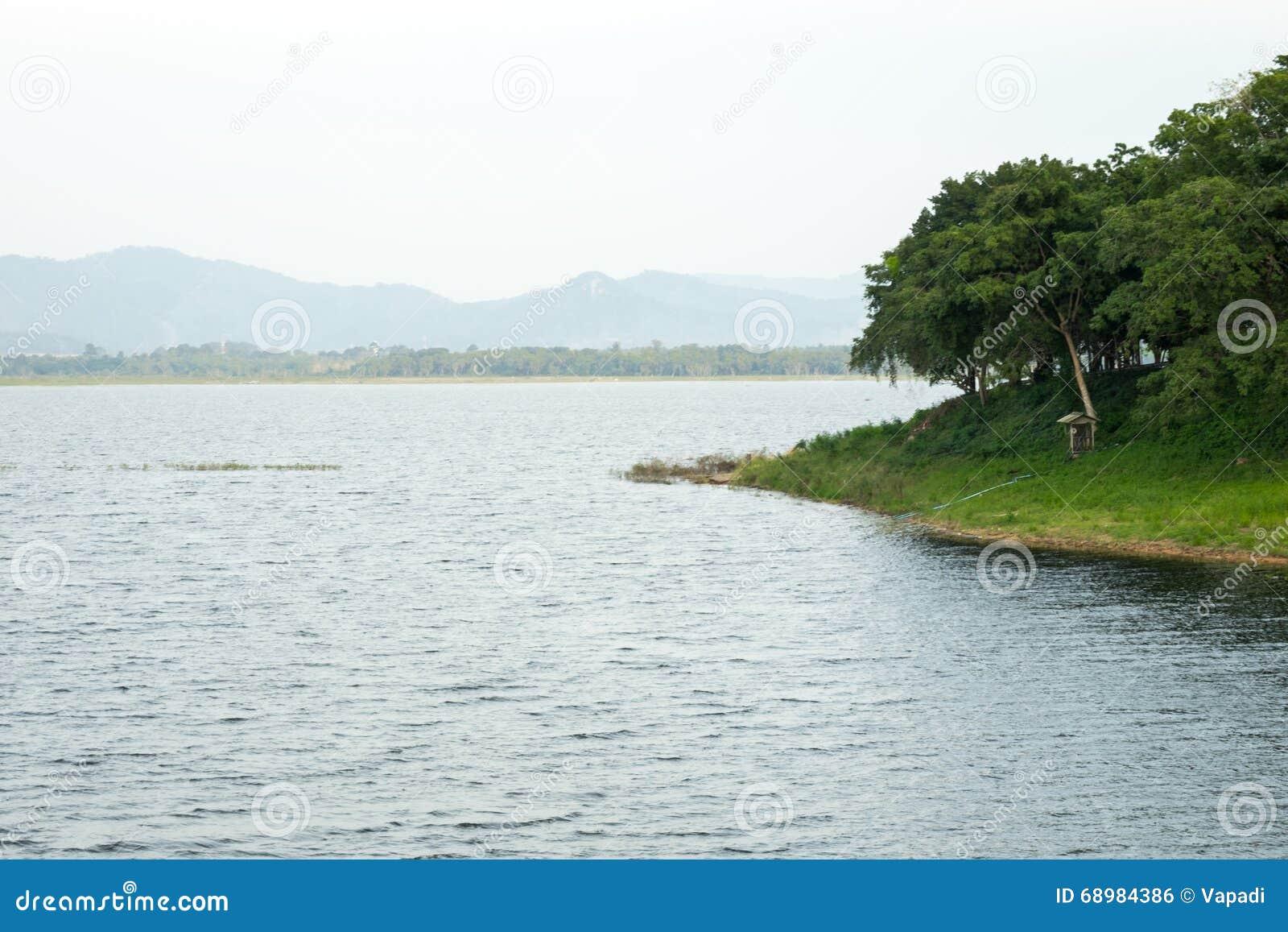 Lago pacífico en día nublado