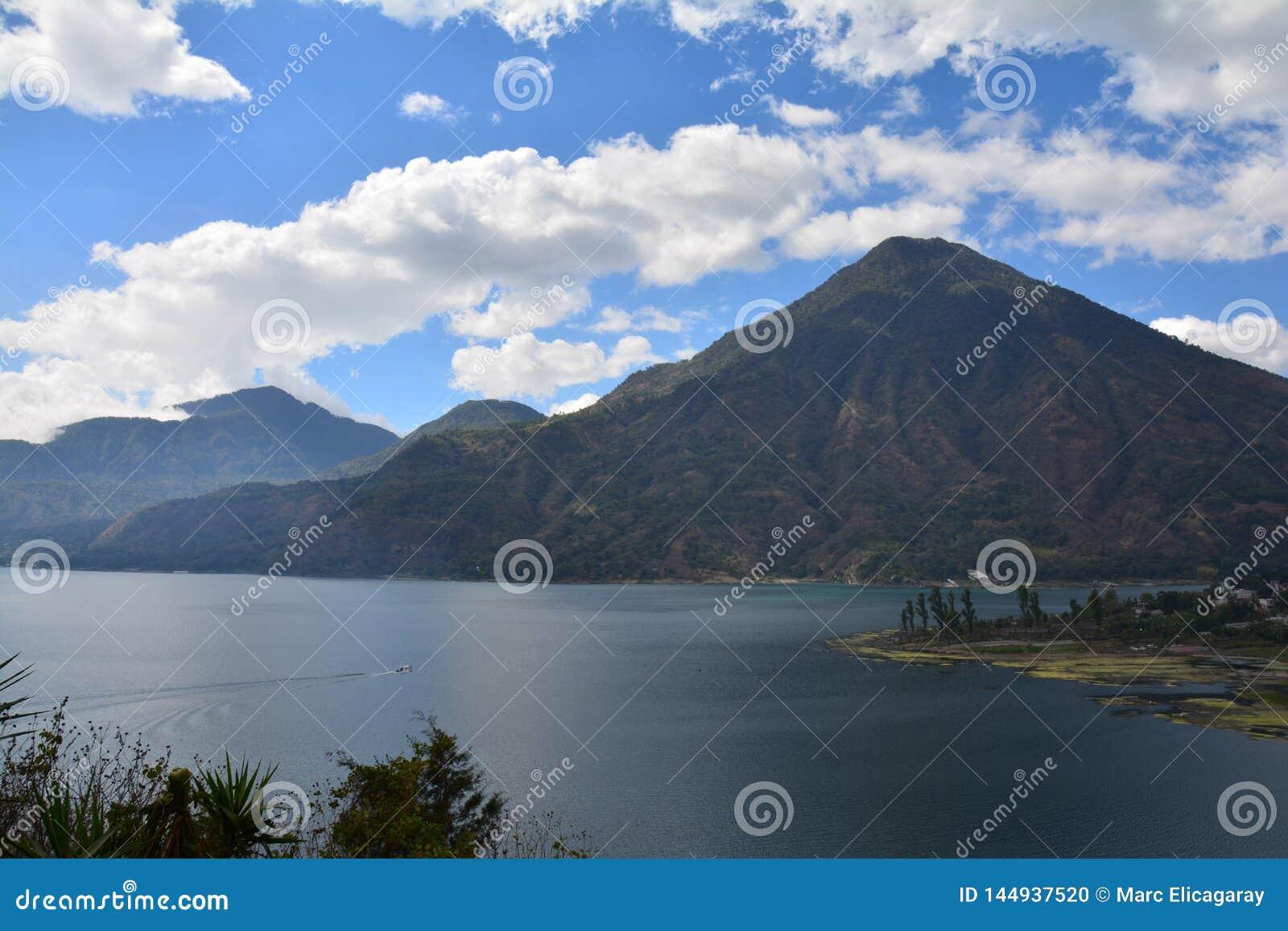 Lago panorámico Guatemala Atitlan de los paisajes