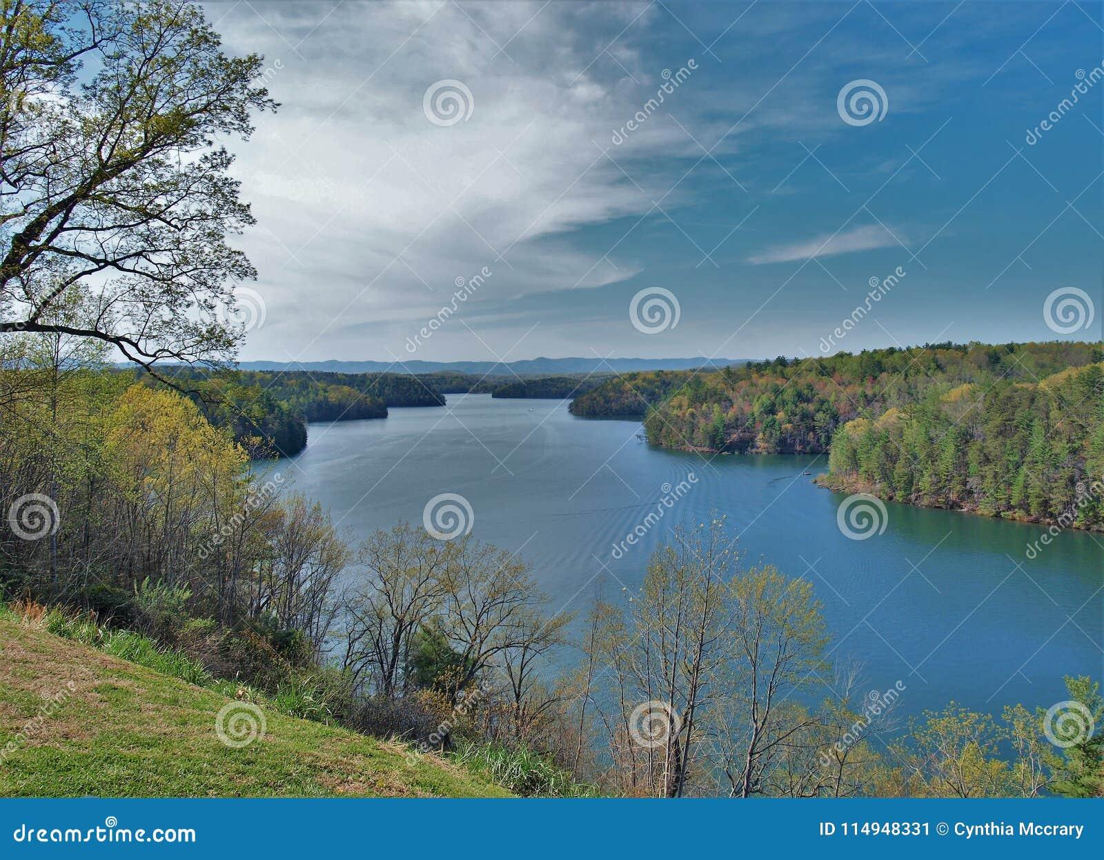 Lago Philpott en Ridge Mountains azul