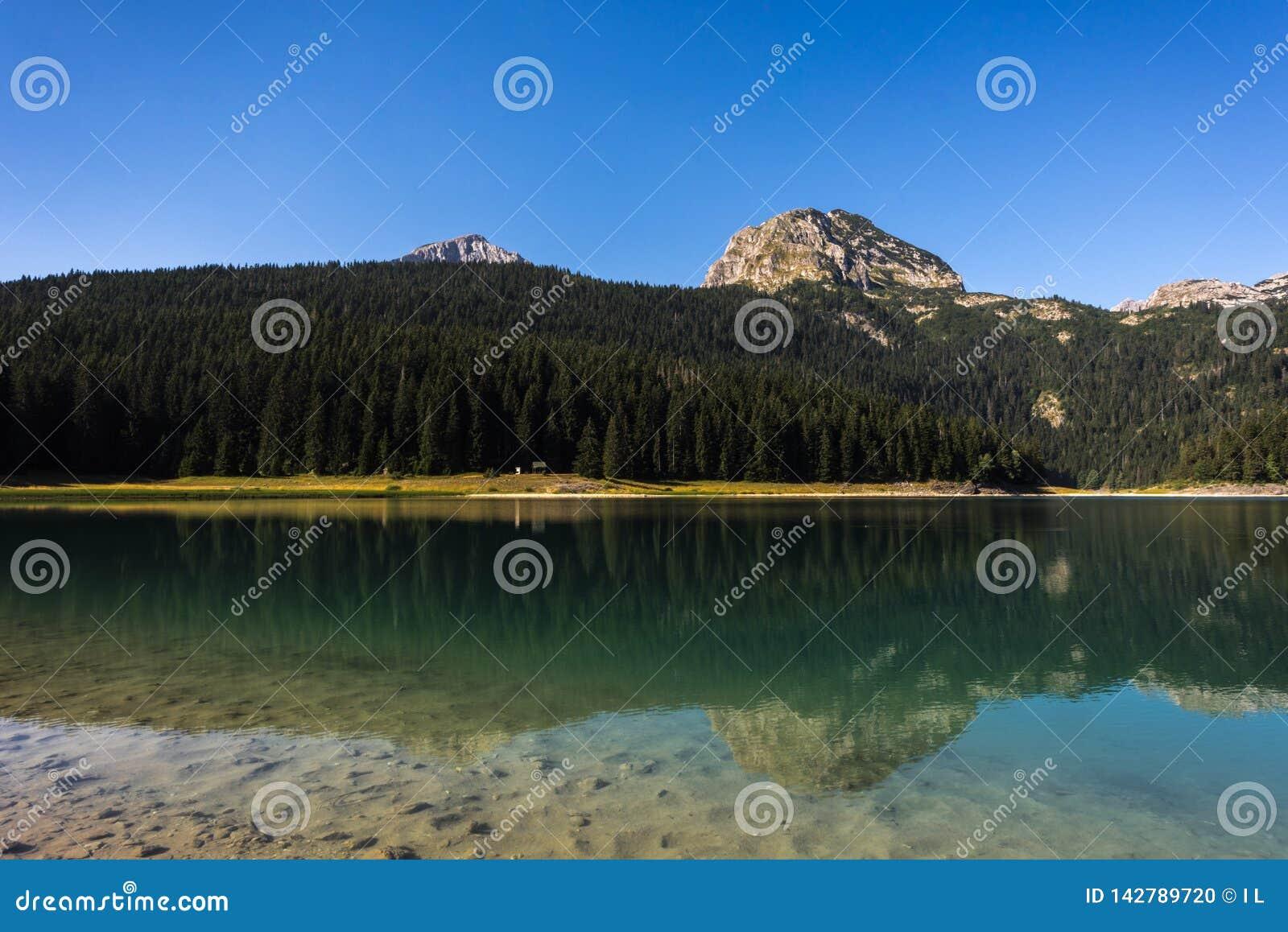 Lago preto - lago 'jezero mountain de Crno 'com pico e reflexões de Meded na água clara