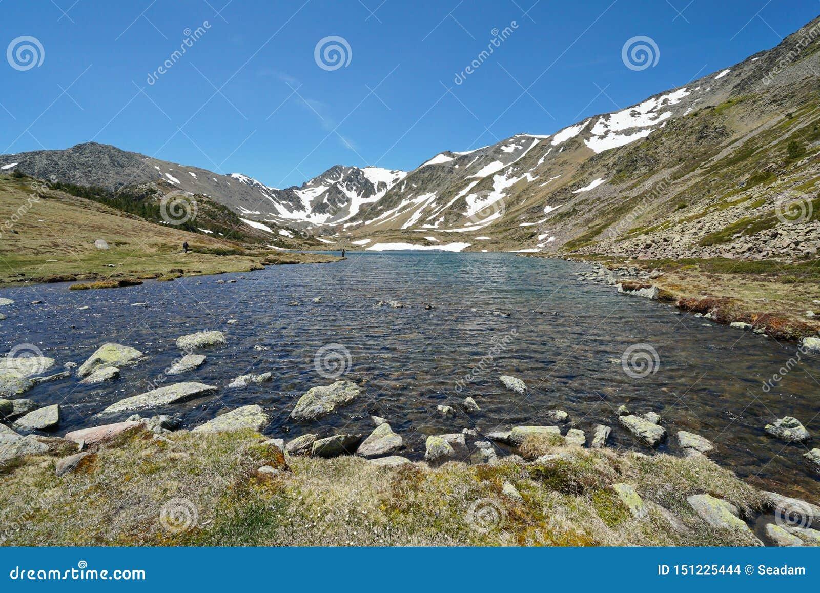 Lago pyrenees de la montaña de Francia y macizo de Carlit