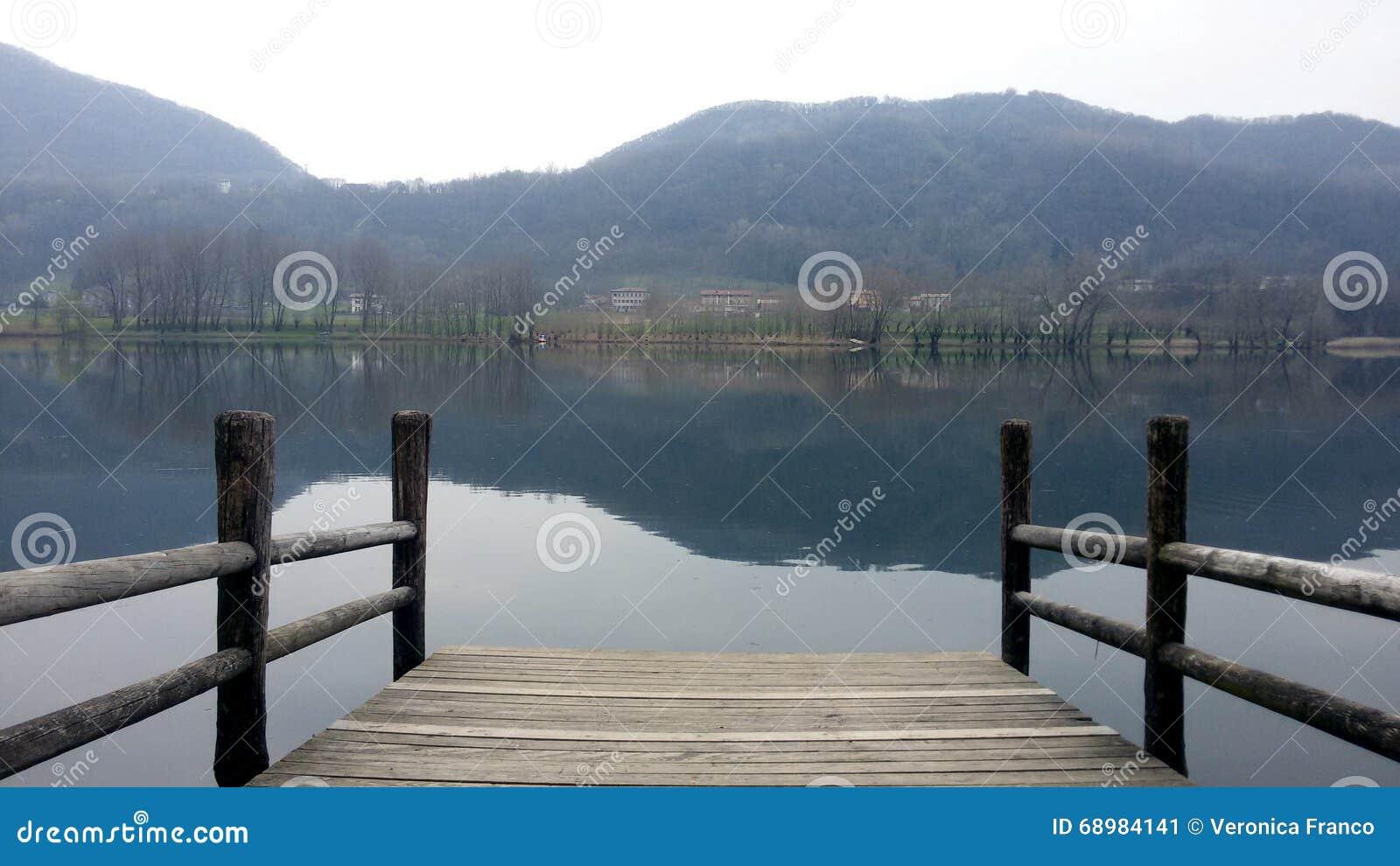 Lago Revine en un día nublado