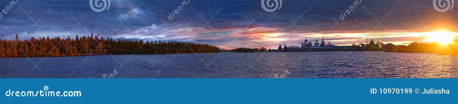 Lago santo en puesta del sol