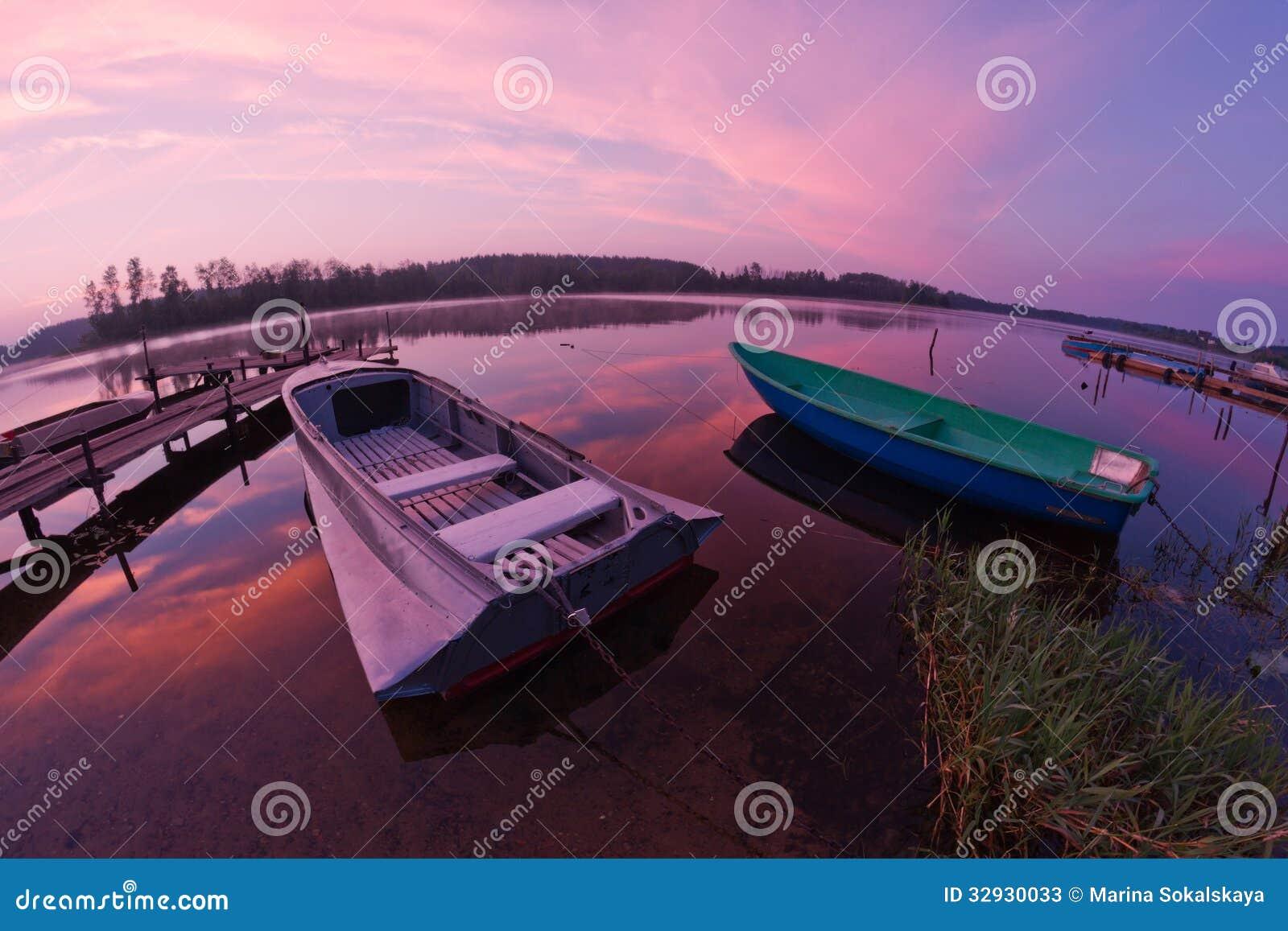 Lago Seliger: nascer do sol dos barcos