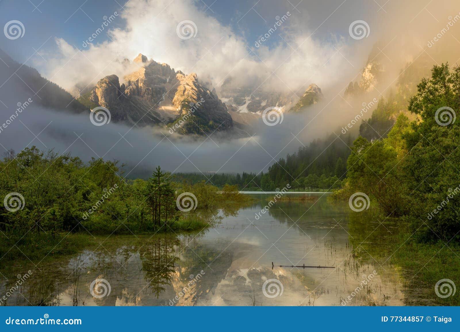 Lago selvagem mountains no nascer do sol nevoento Paisagem, cumes, Itália, E