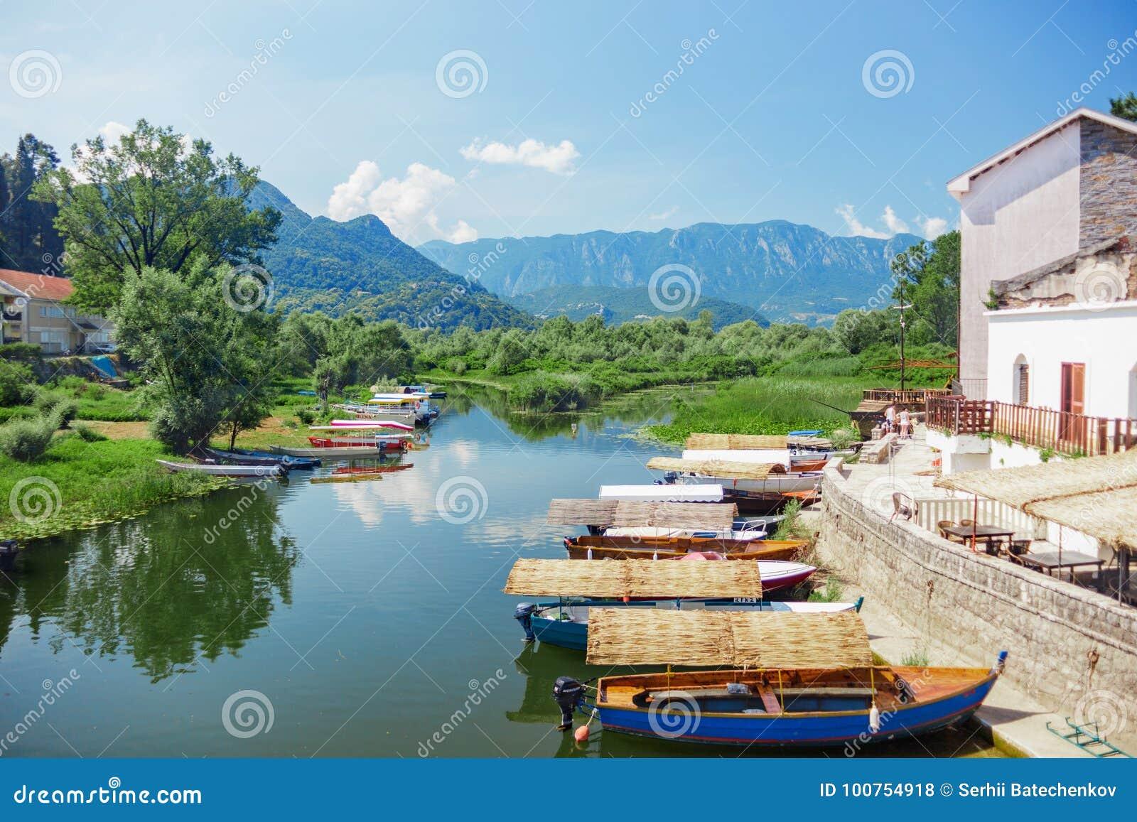 Lago Skadar com barcos
