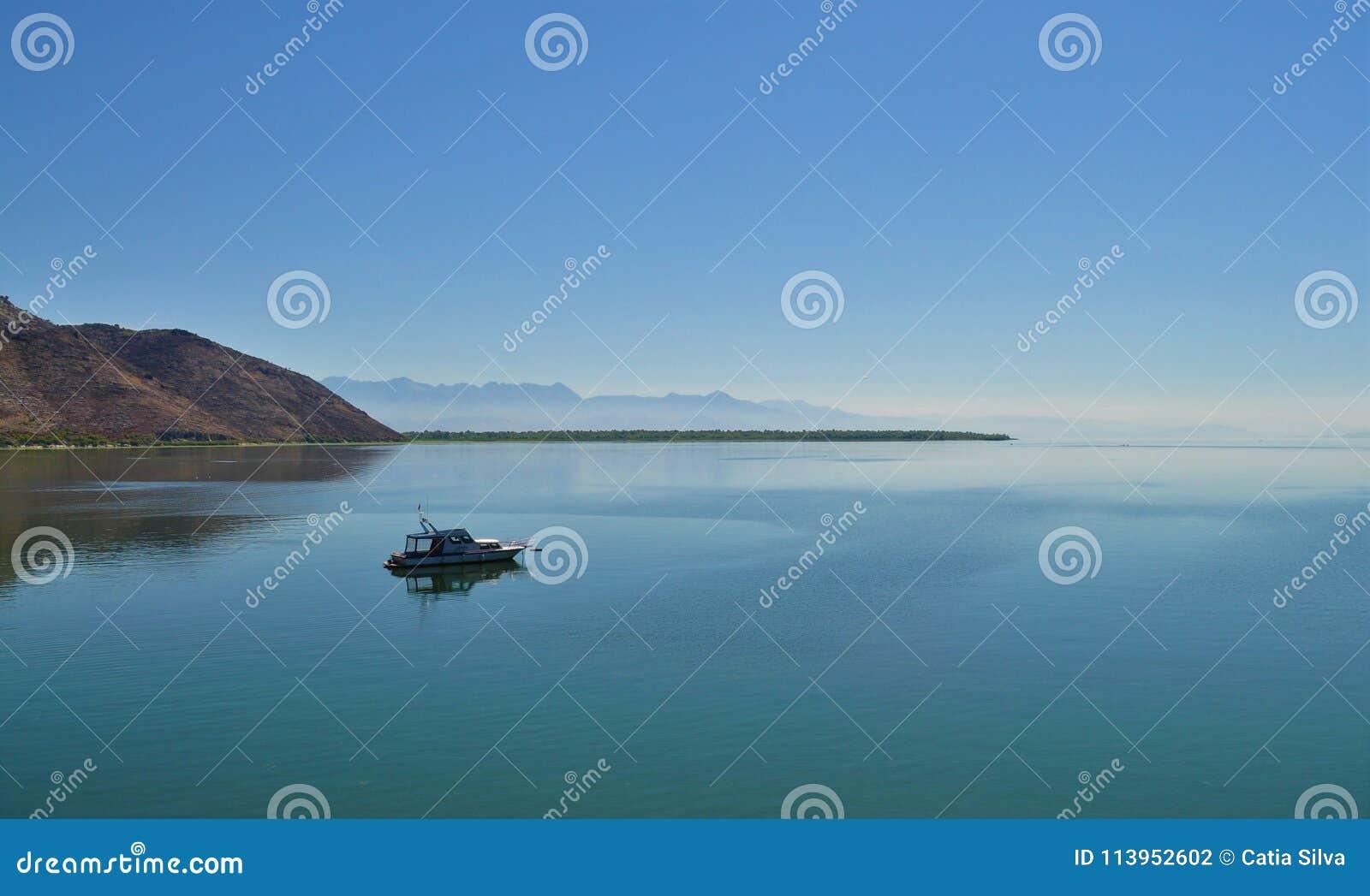 Lago Skadar e um barco