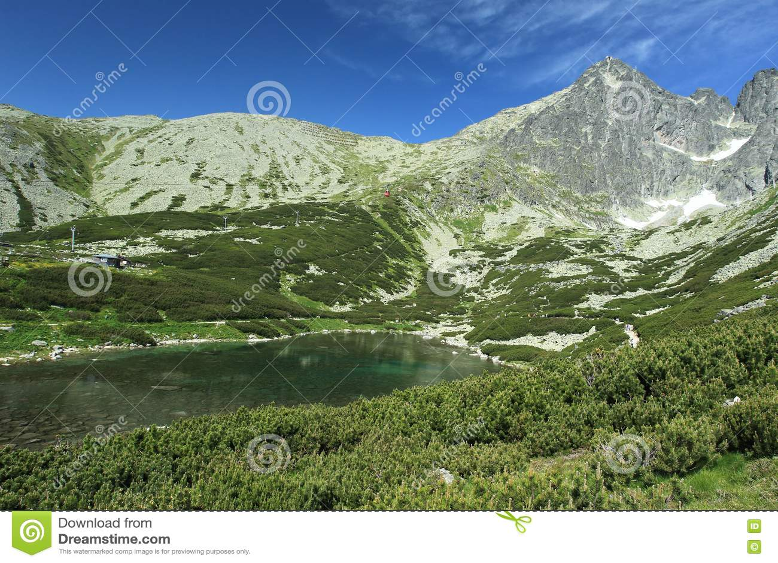 Lago Skalnate em montanhas altas de Tatra