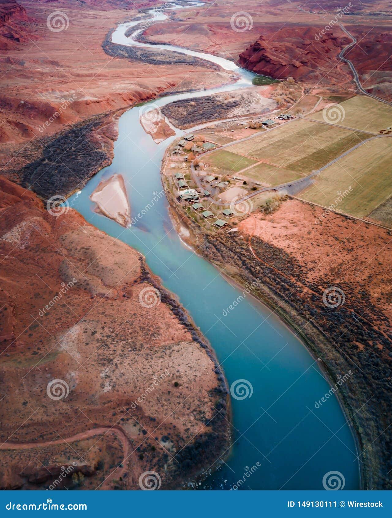 Lago stretto nel colpo di Grand Canyon da sopra