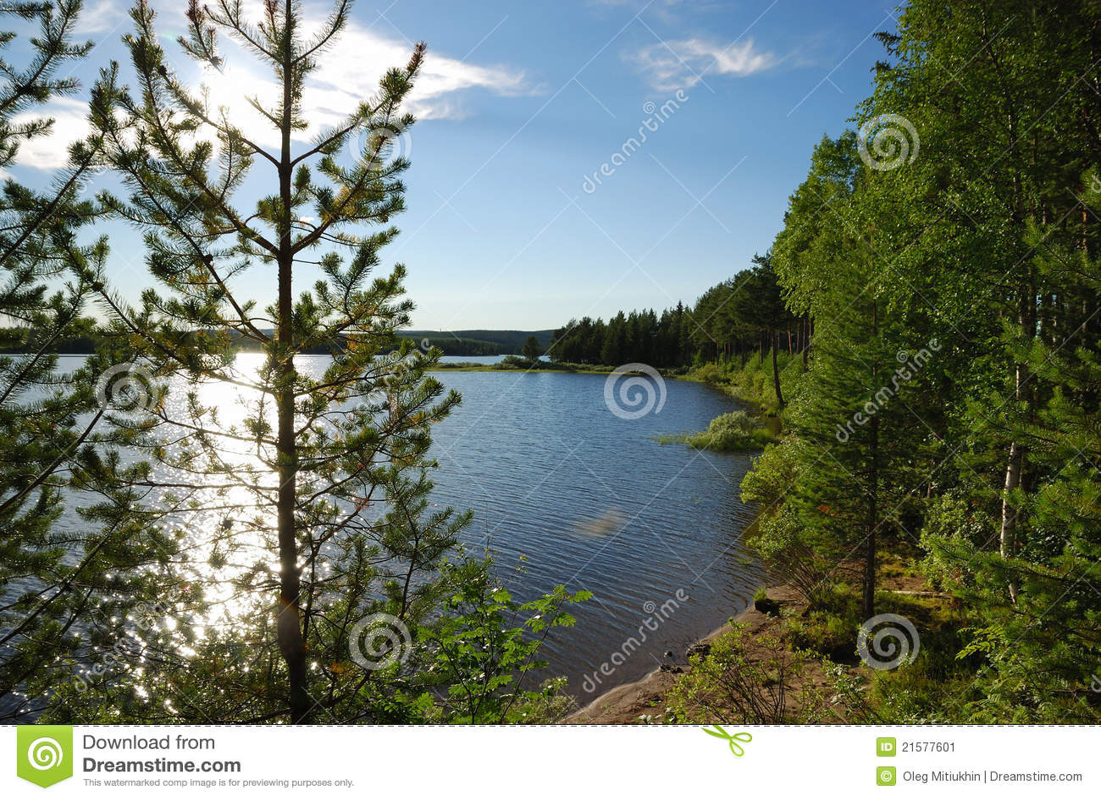 Lago sueco no por do sol