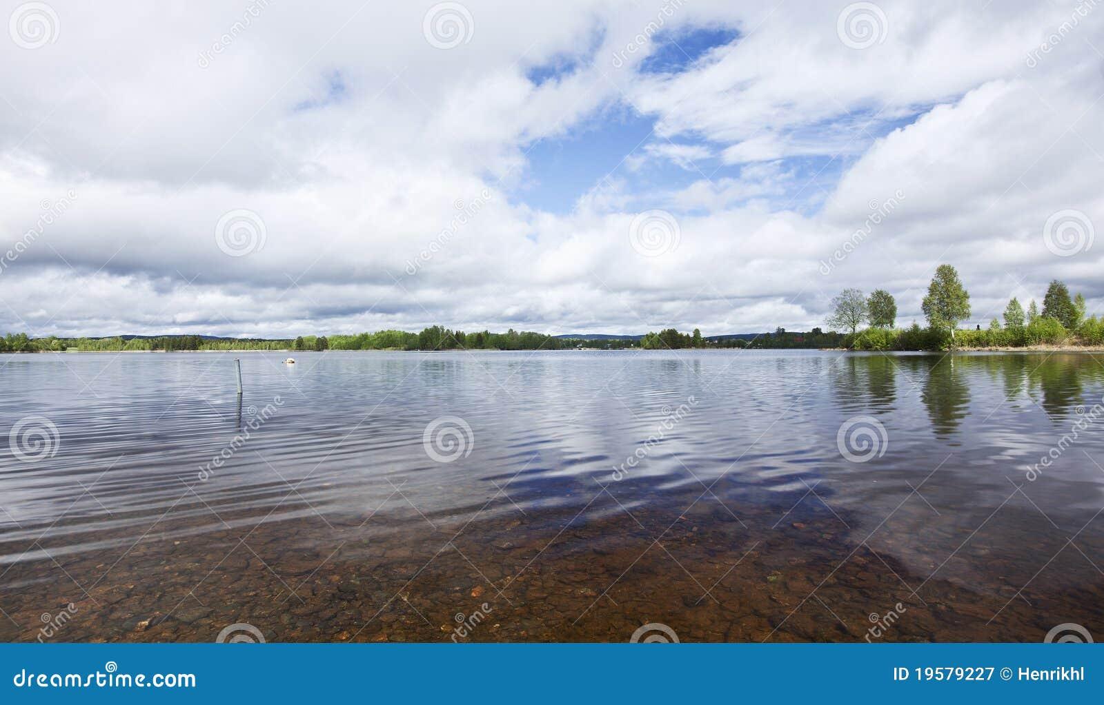Lago sueco tranquilo con agua clara