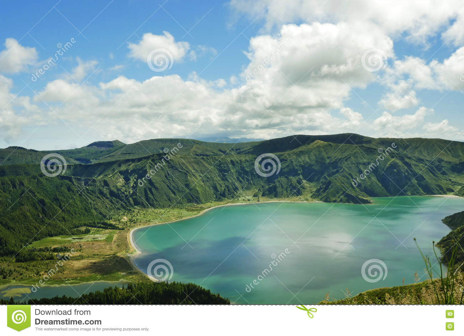 Lago surpreendente do vulcão da cratera da opinião da paisagem na ilha de Miguel do Sao de Açores em Portugal na água da cor de t