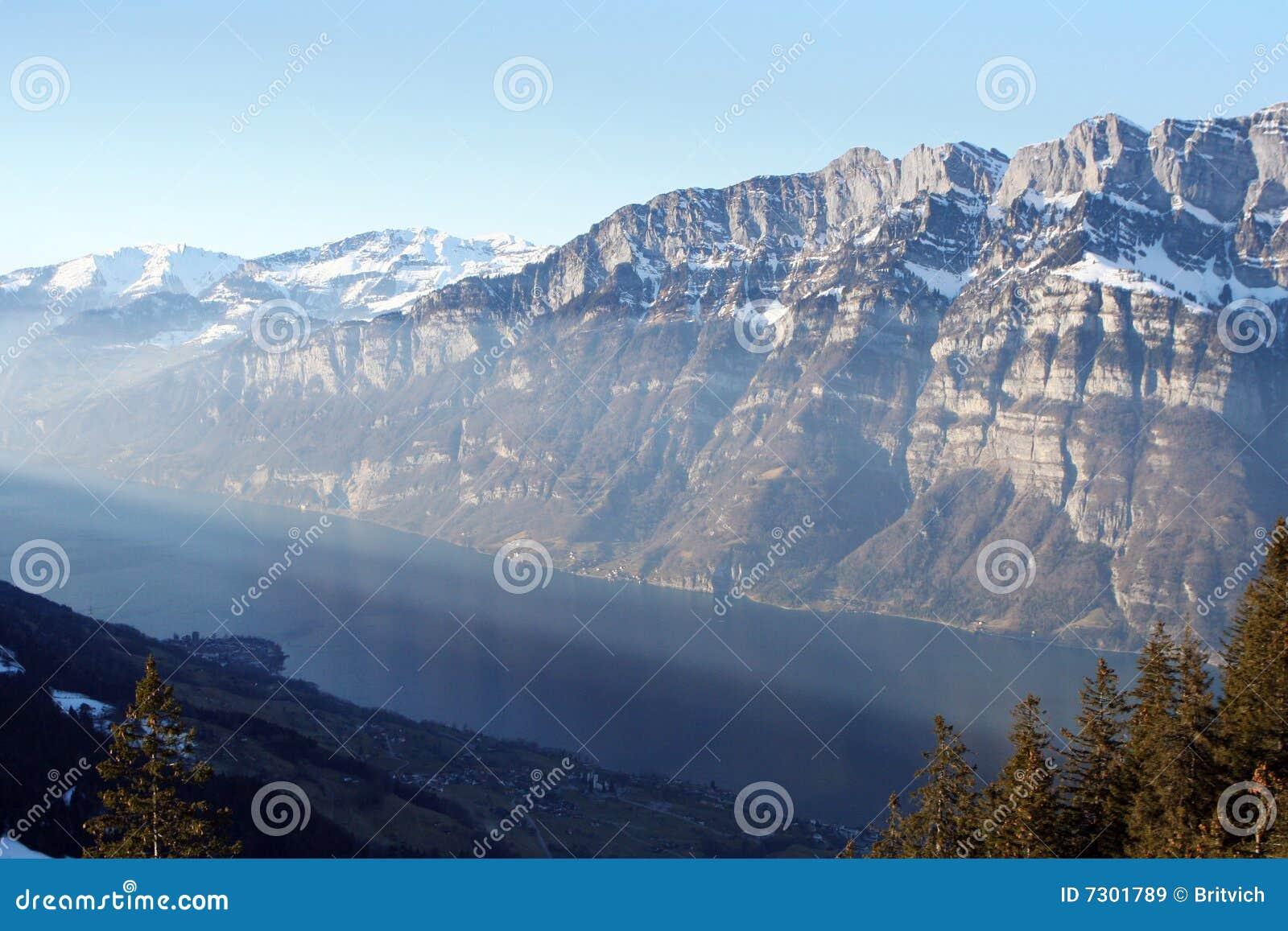 Lago svizzero delle montagne