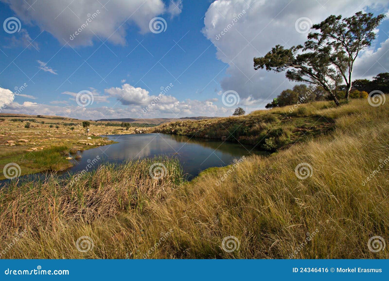 Lago tranquilo em Mpumalanga, África do Sul