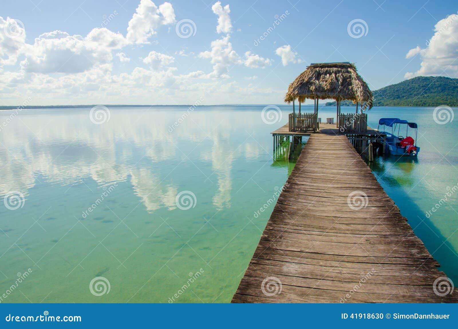 Lago tranquilo Peten en Guatemala