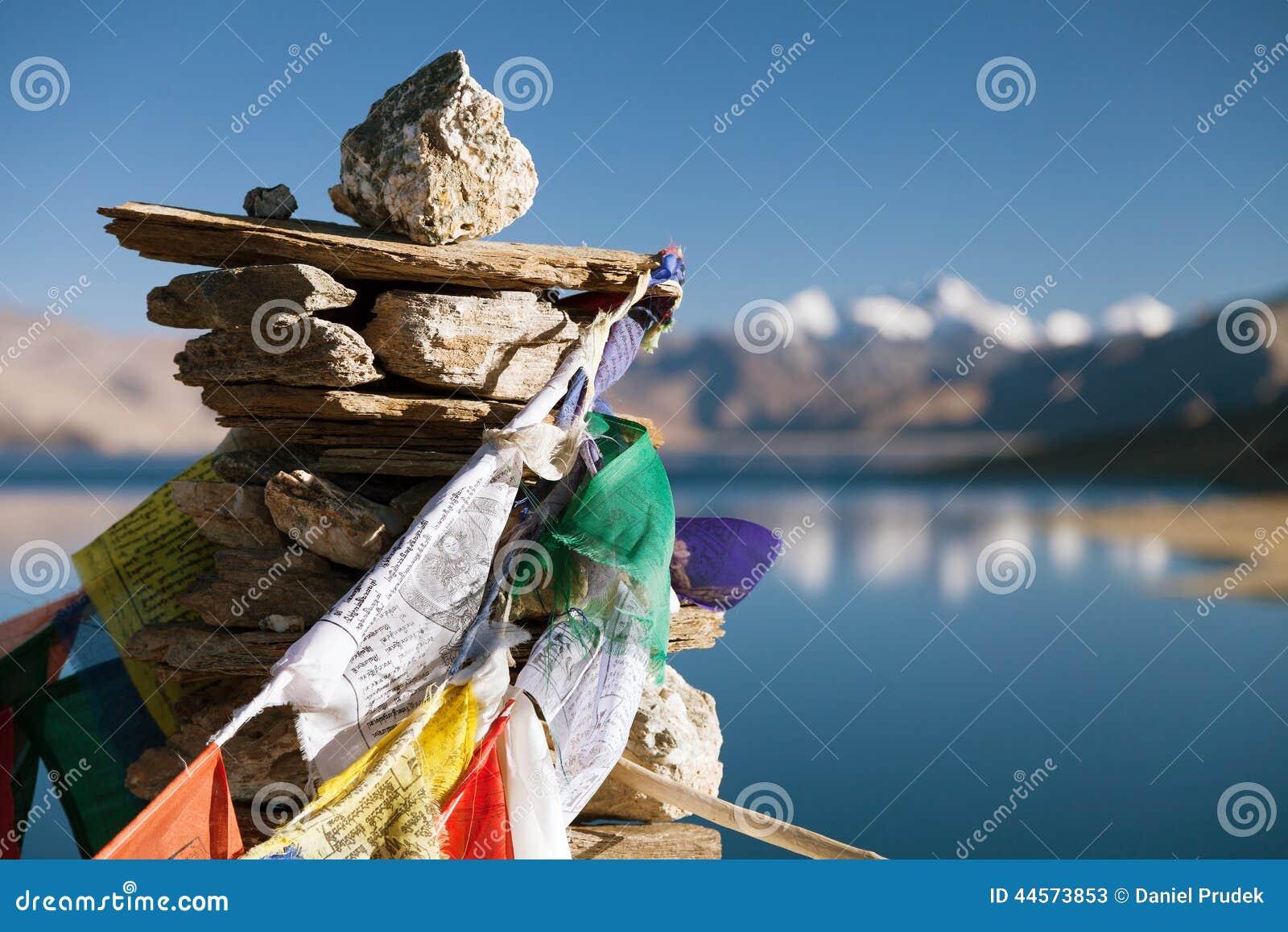 Lago tso Moriri con las banderas del rezo