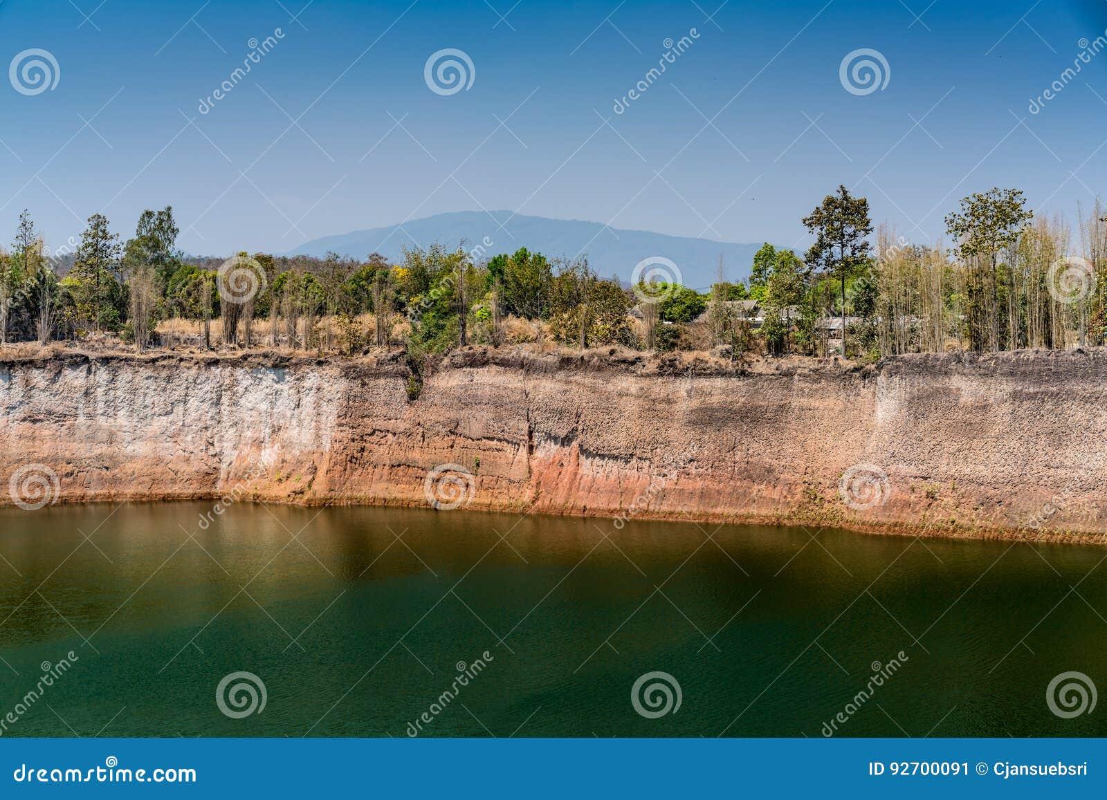 Lago verde no fundo do céu azul