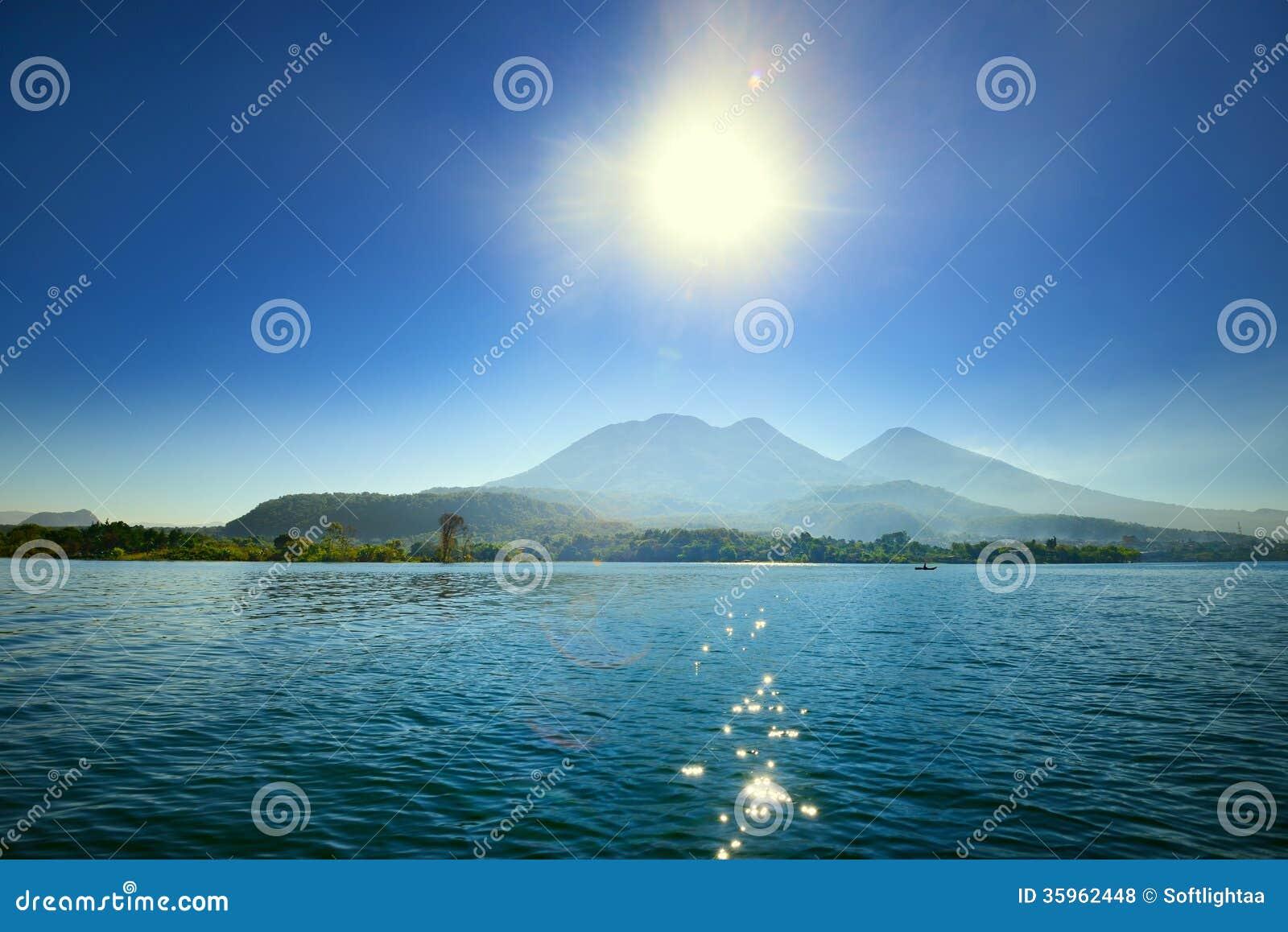 Lago volcánico Atitlan en Guatemala