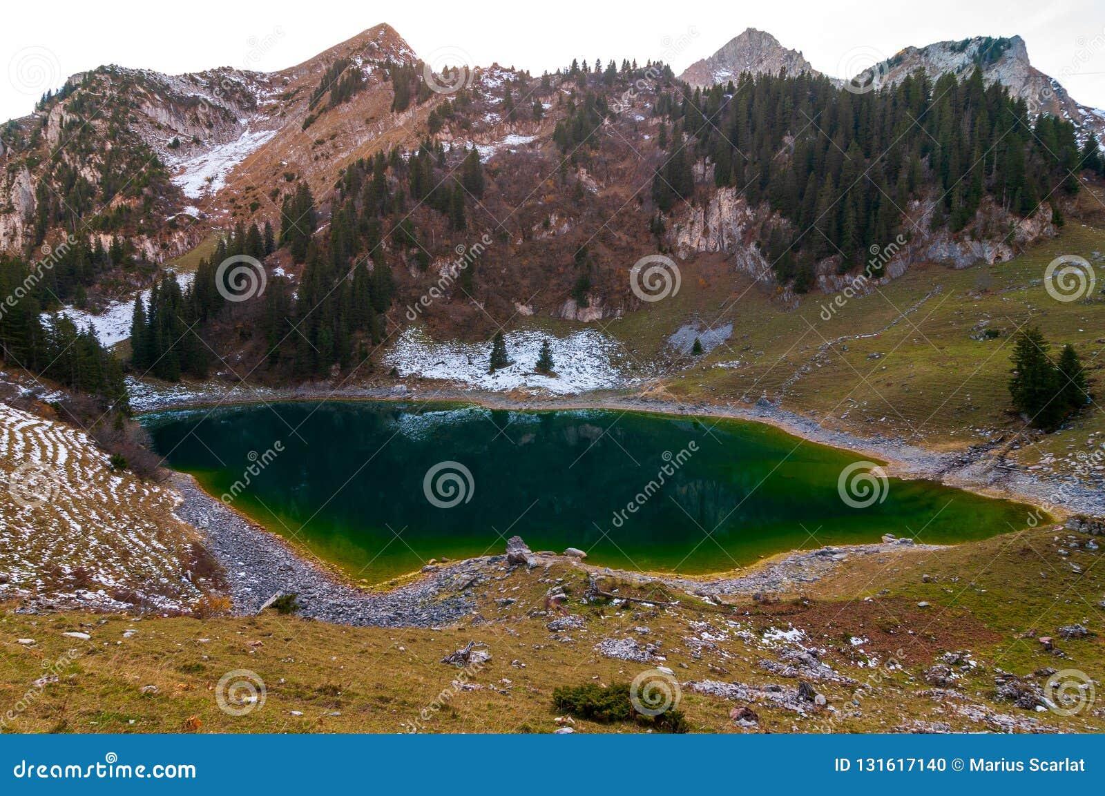 Lago Walopsee nella zona di montagna di Boltigen, Svizzera