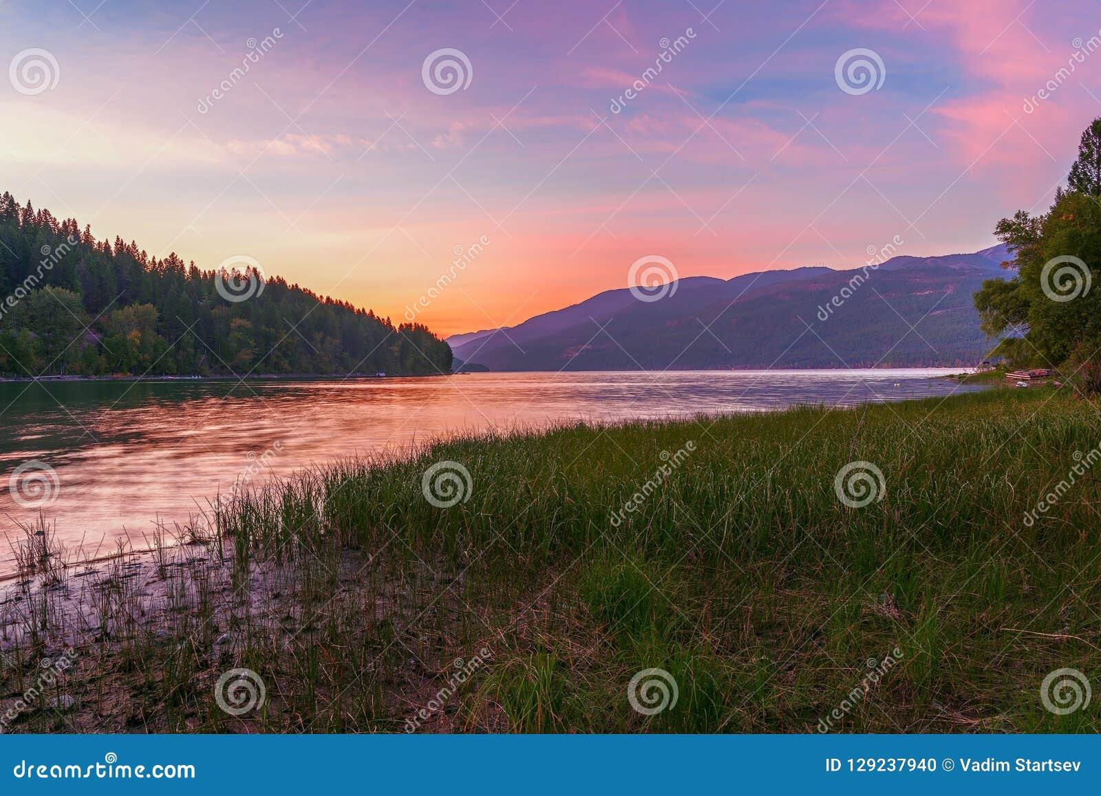 Lago whitefish no por do sol montana EUA