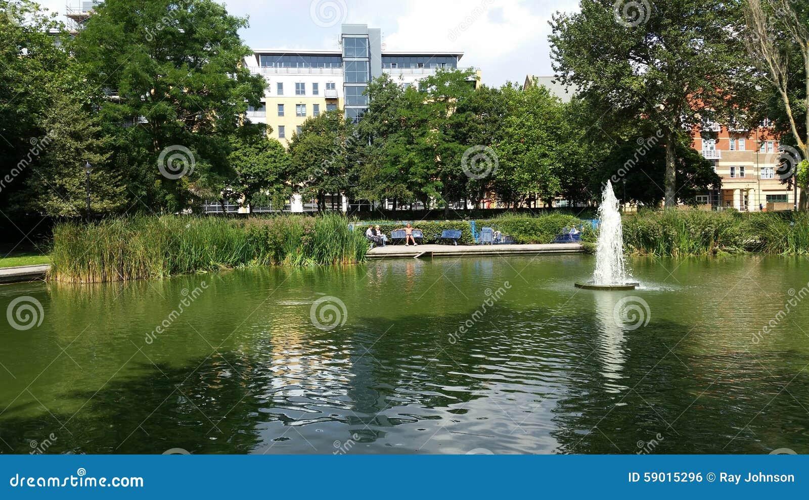 Lago y fuente del parque de ocio foto editorial imagen for Ocio y jardin
