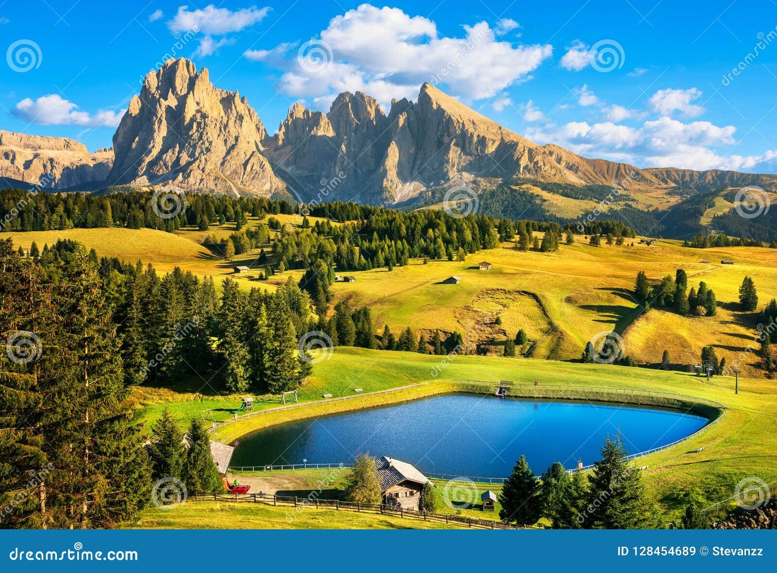 Lago y montañas, Alpe di Siusi o Seiser Alm, montañas de las dolomías,