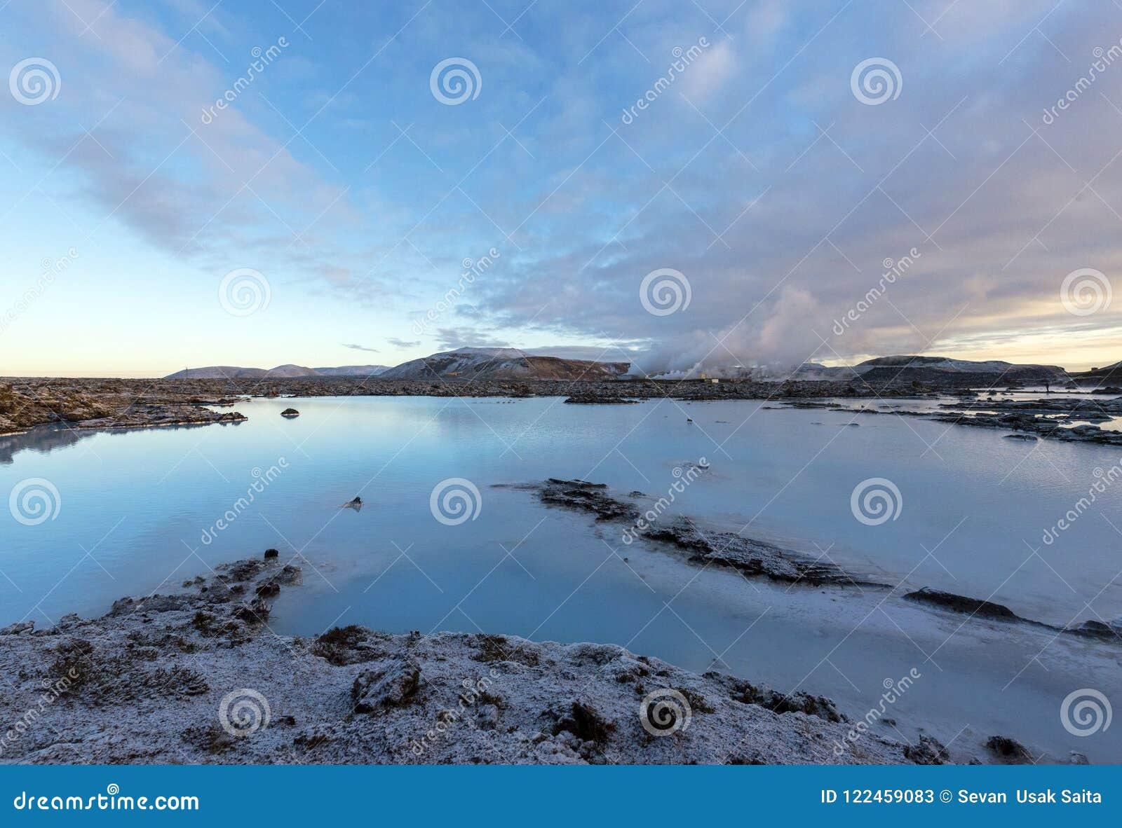 A lagoa azul em Islândia A água azul entre o ston da lava