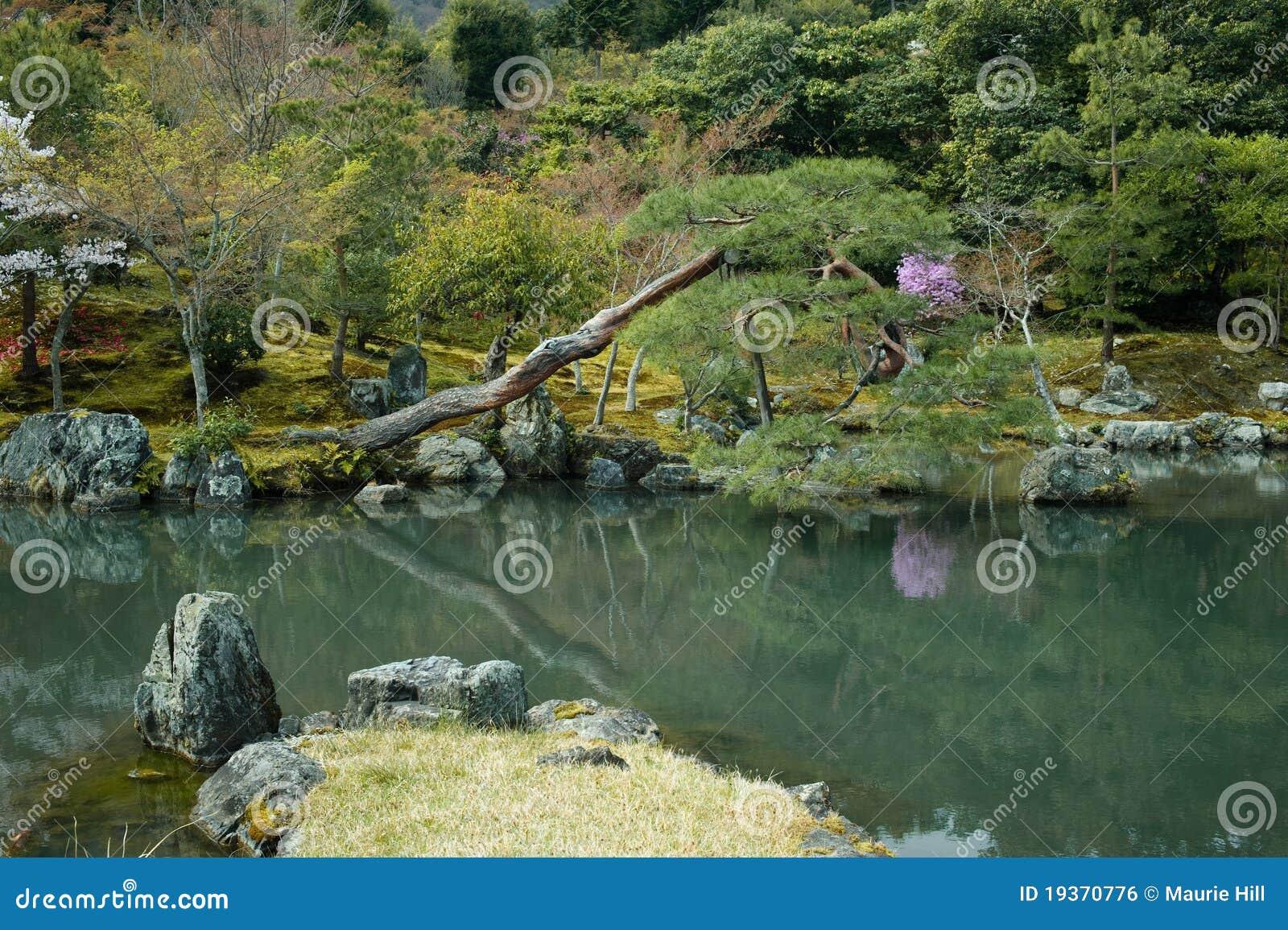 Lagoa em um jardim japonês formal