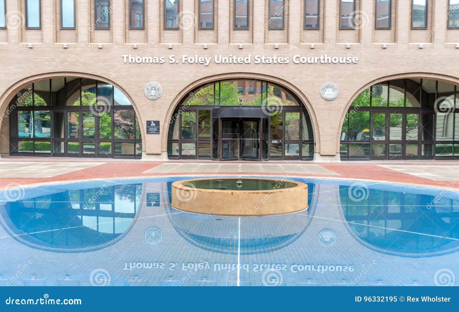 Lagoa refletindo no tribunal do Estados Unidos em Spokane, Washington