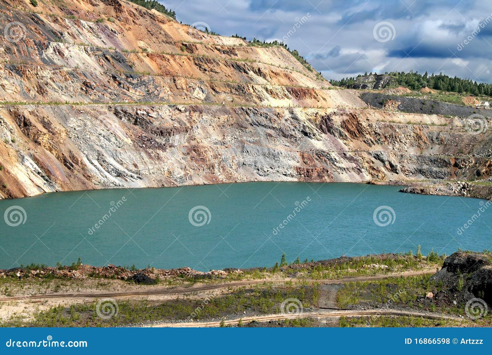 Lagoa sem-vida na mina opencast