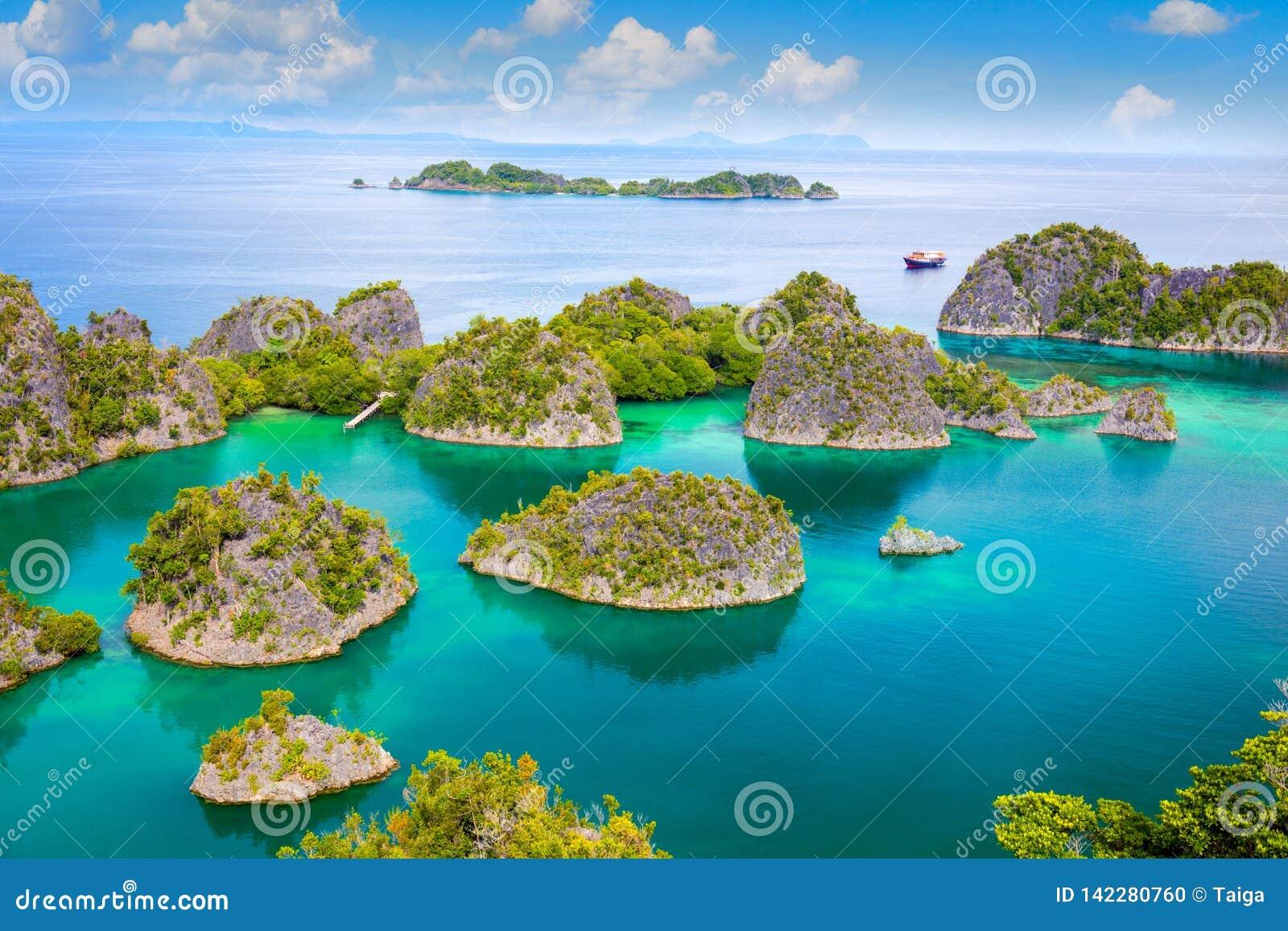 Lagoa tropical pitoresca das ilhas com litoral do recife e água de turquesa