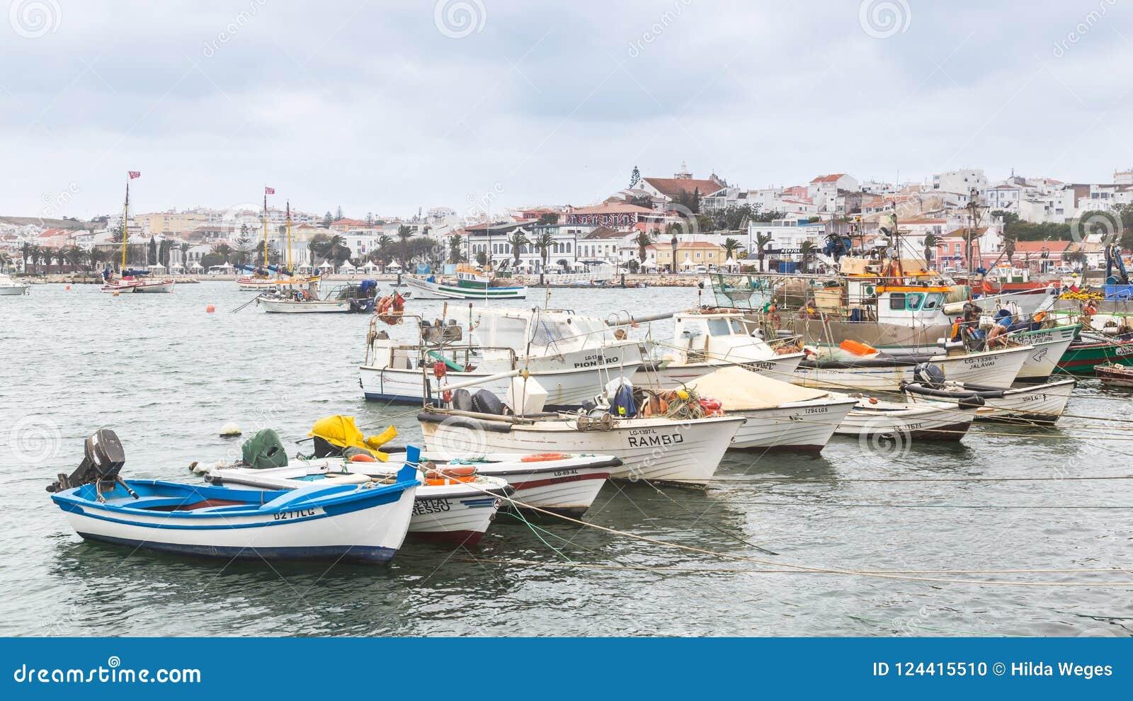 Lagos, Portugal - April, 21, 2017: Dilapidated vissersboten binnen