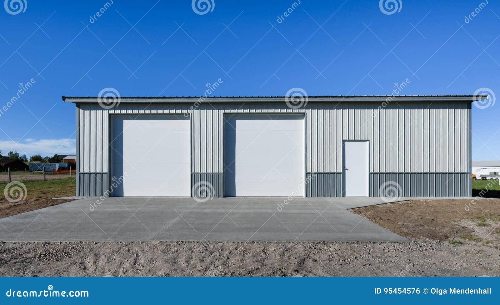 Lagre che sta esclusivamente, garage recentemente costruito nell area del sobborgo, U.S.A. Grembiule concreto, strada privata