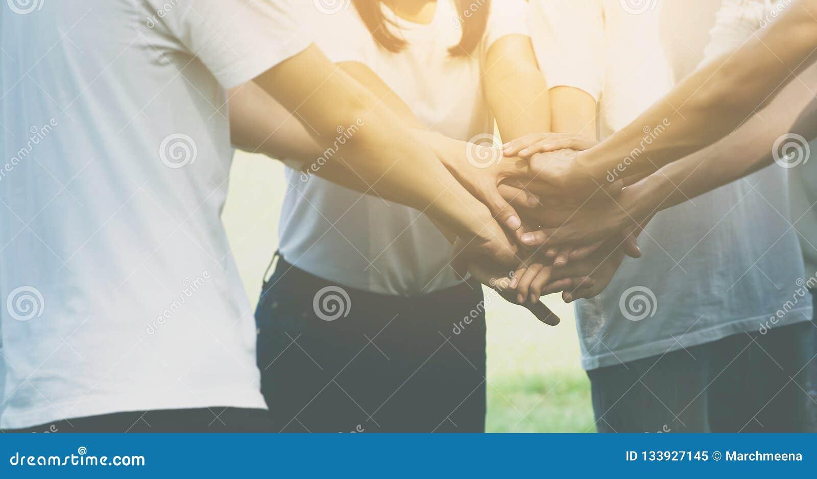 Lagteamworkaffär att sammanfoga begreppet för hand tillsammans, makt av manligt