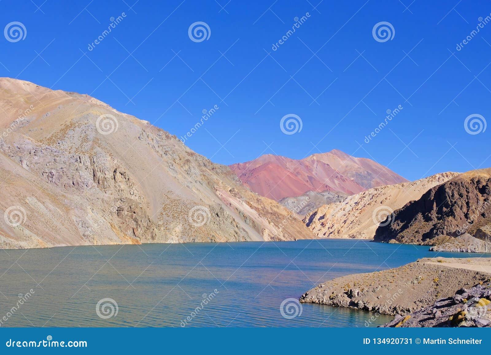 Laguna Agua Negra lagune met Andesbergen bij de weg aan Paso Agua DE Negra, Elqui-vallei, Vicuna, Chili